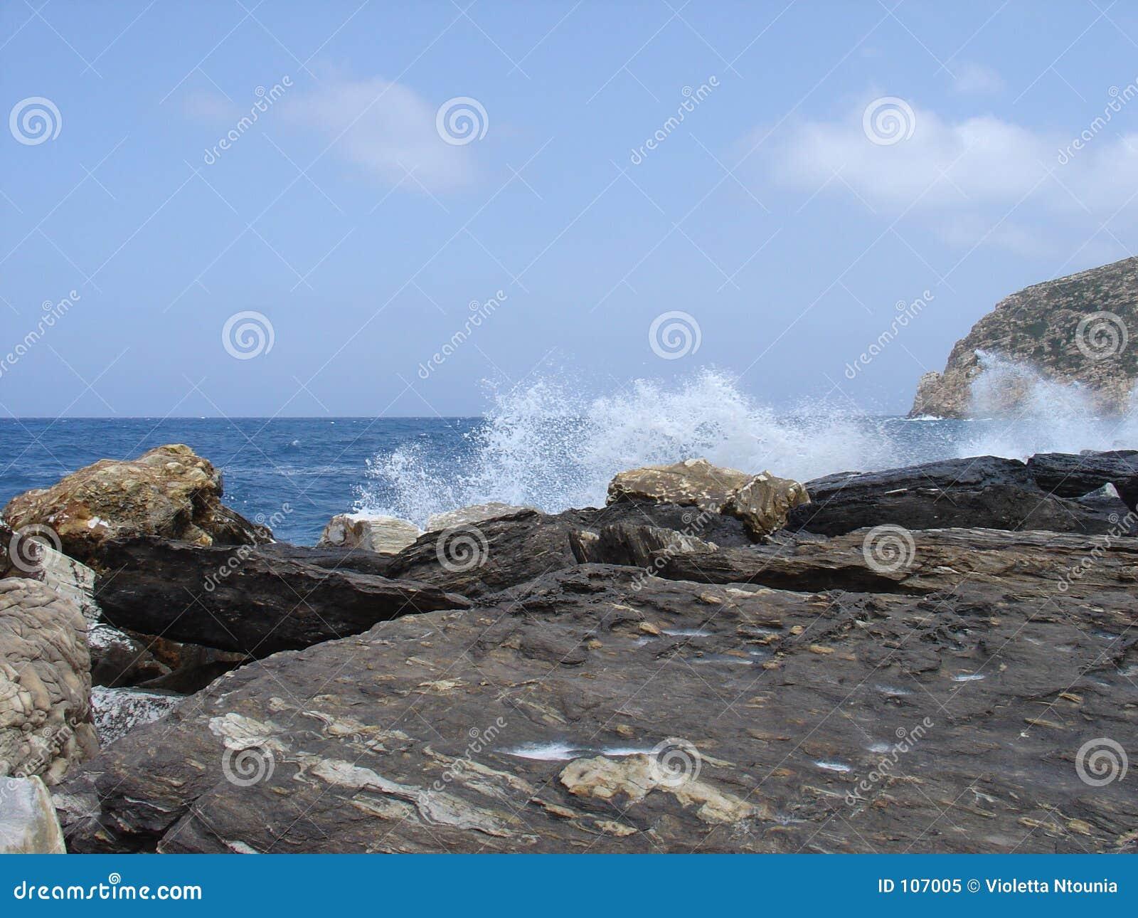 Wellen auf den Felsen
