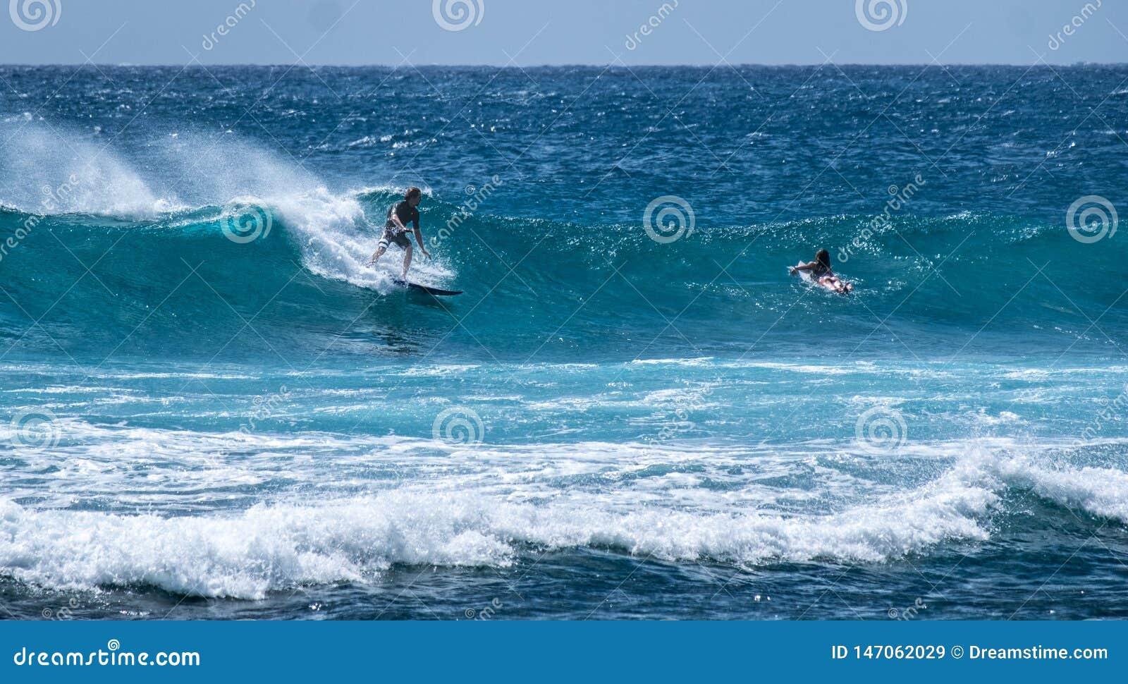 Wellen in der Brandung von einem Strand in Hawaii