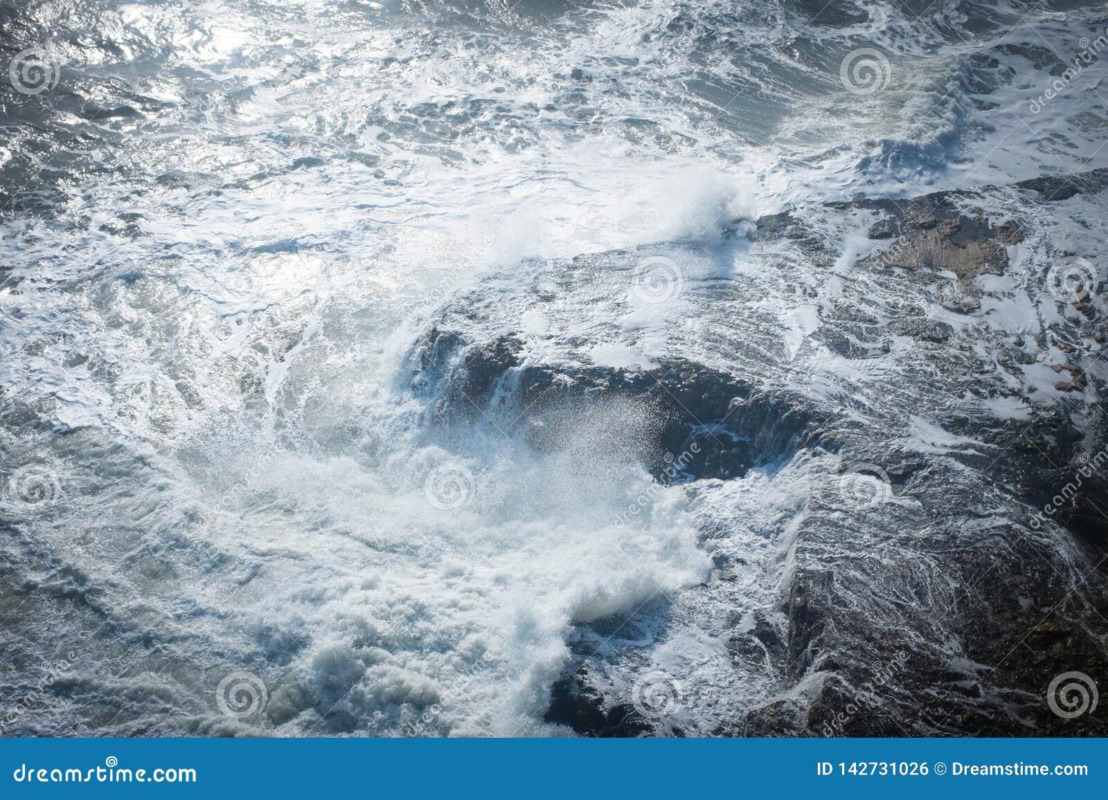 Wellen, die auf dem Ufer abbrechen