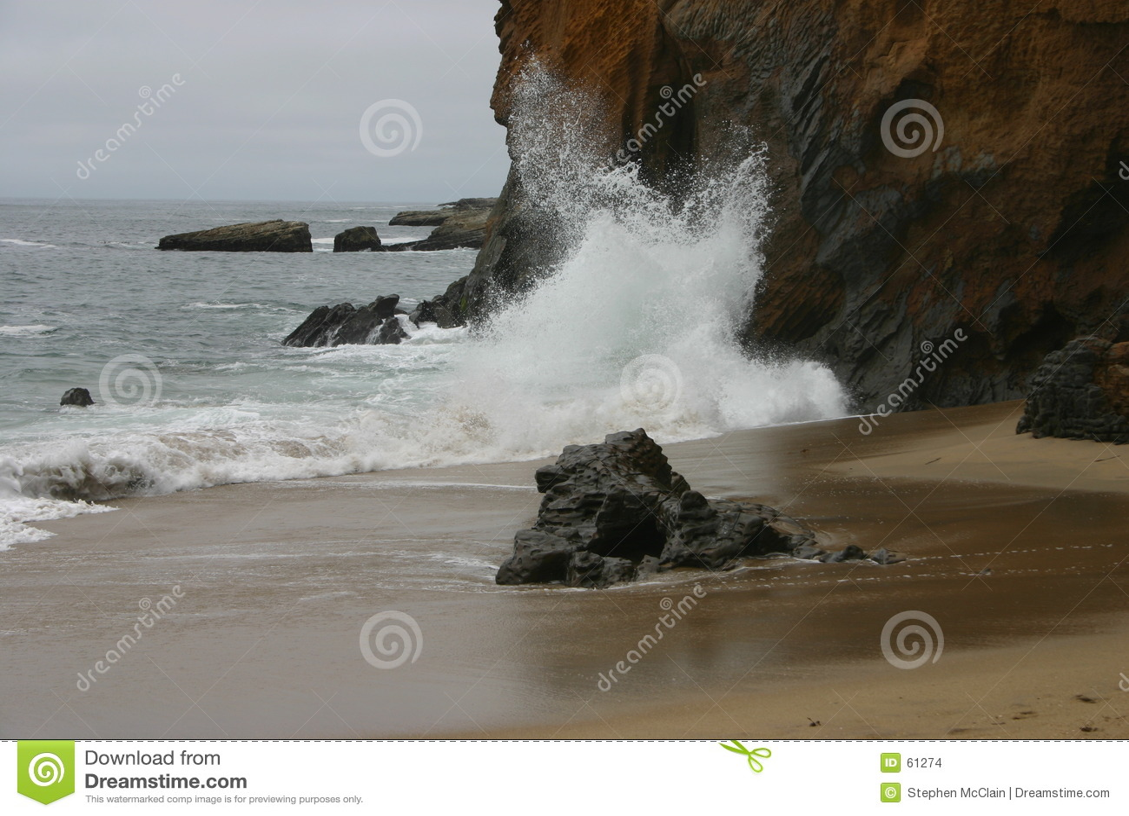 Wellen, die auf Klippe abbrechen