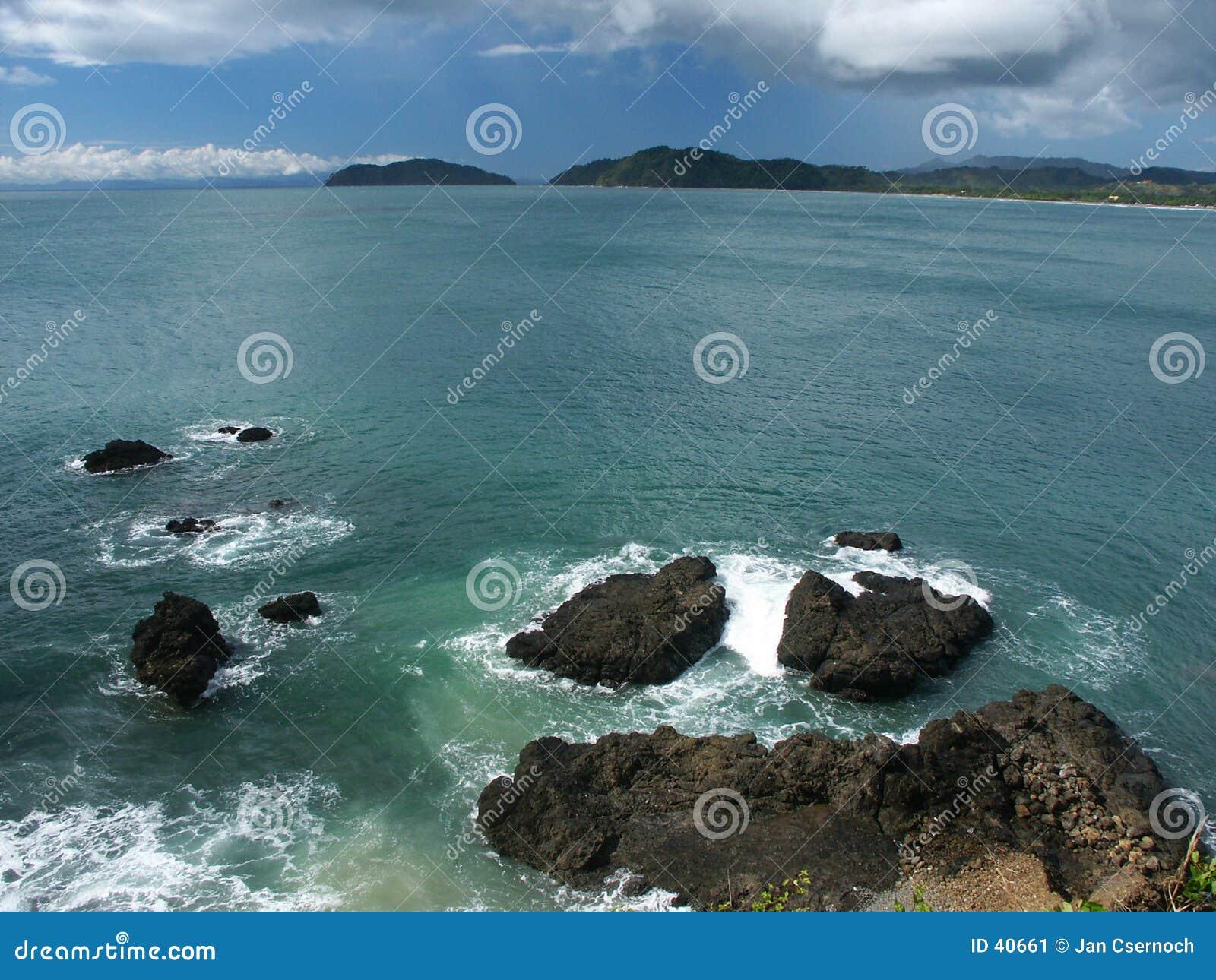 Wellen, die auf riesigen Felsen brechen