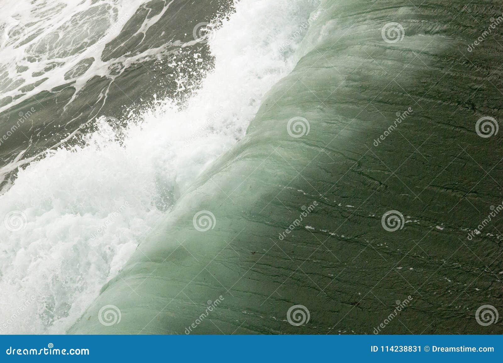 Wellen, die darunter im Pazifik sich falten