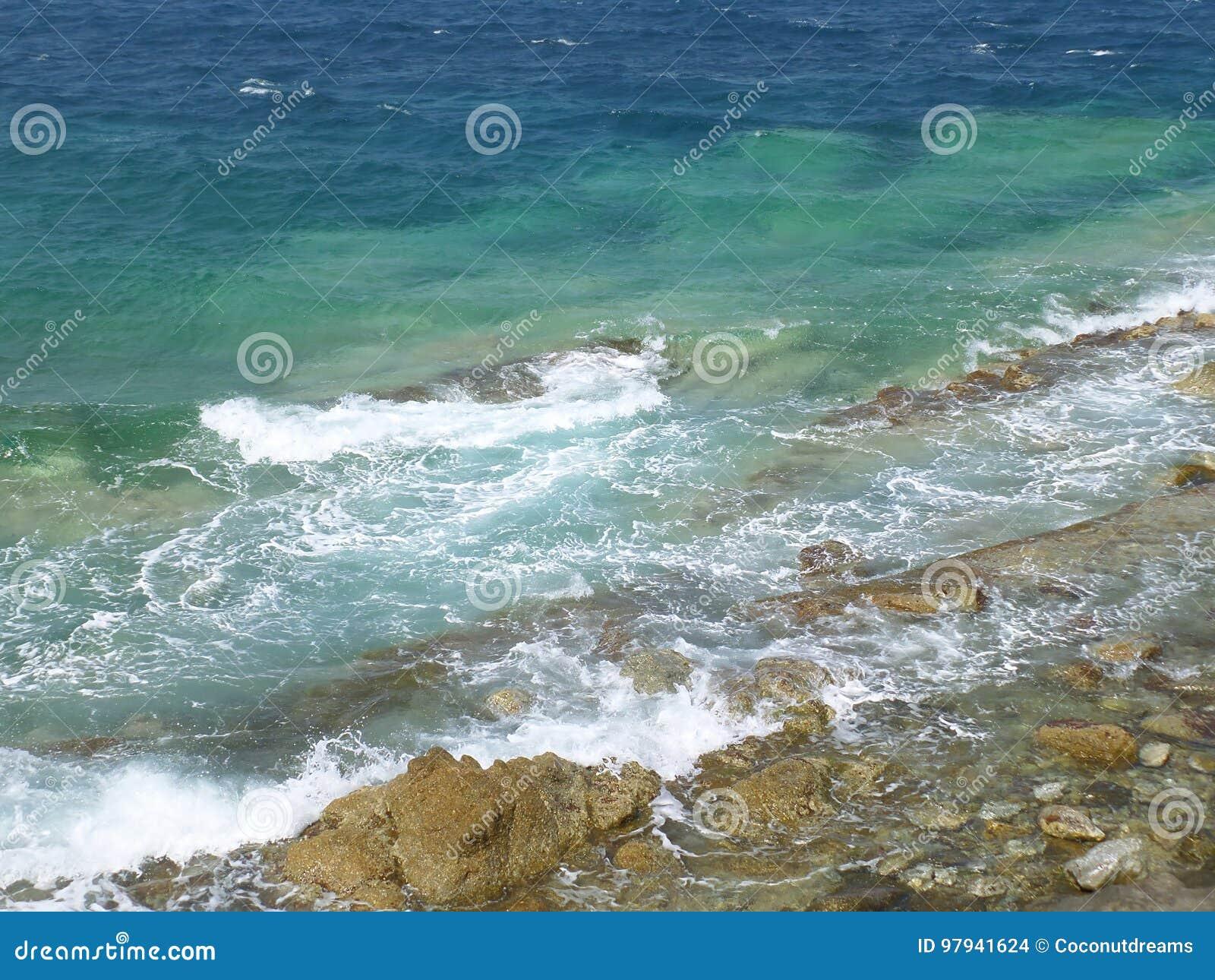 Wellen Von Türkisblau Ägäischem Meer, Das Auf Den Felsen Bei Mykonos ...