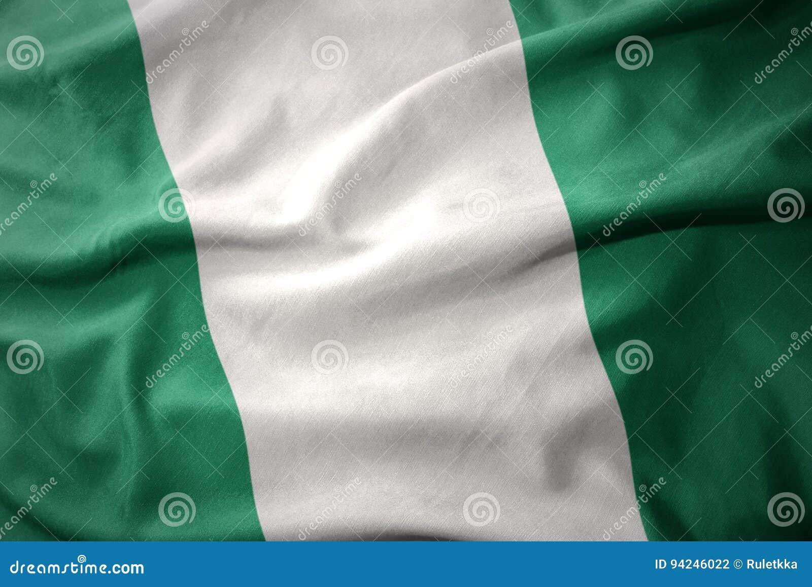 Wellenartig bewegende bunte Flagge von Nigeria