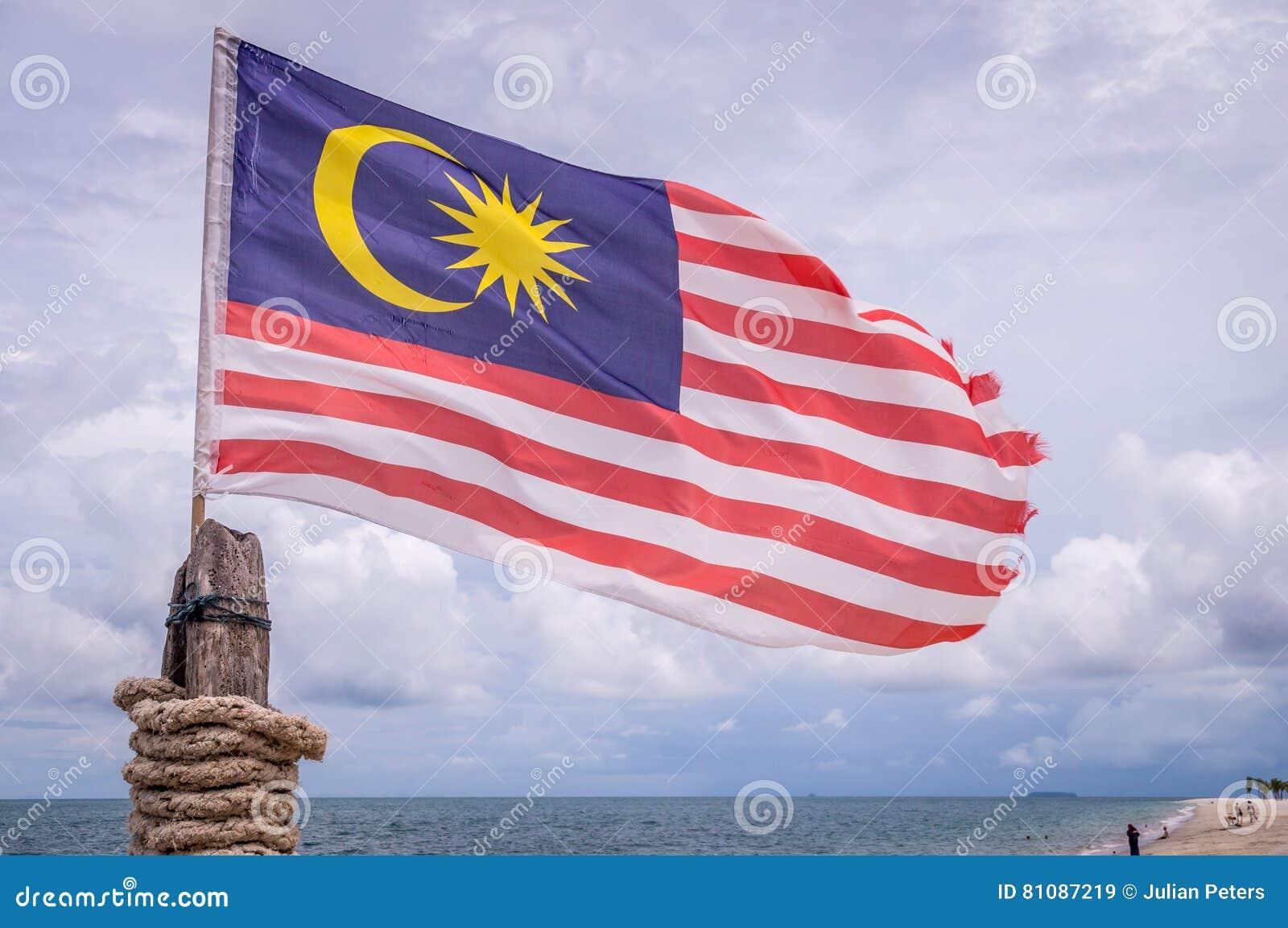 Wellenartig bewegende malaysische Flagge auf Strand in Langkawi