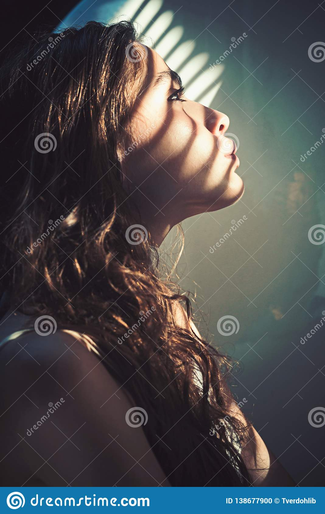 Wellness και υγεία SPA Γυναίκα με το φως και σκιά από τα παραθυρόφυλλα στο νέο δέρμα προσώπου Η γυναίκα με το φυσικό makeup χαλαρ