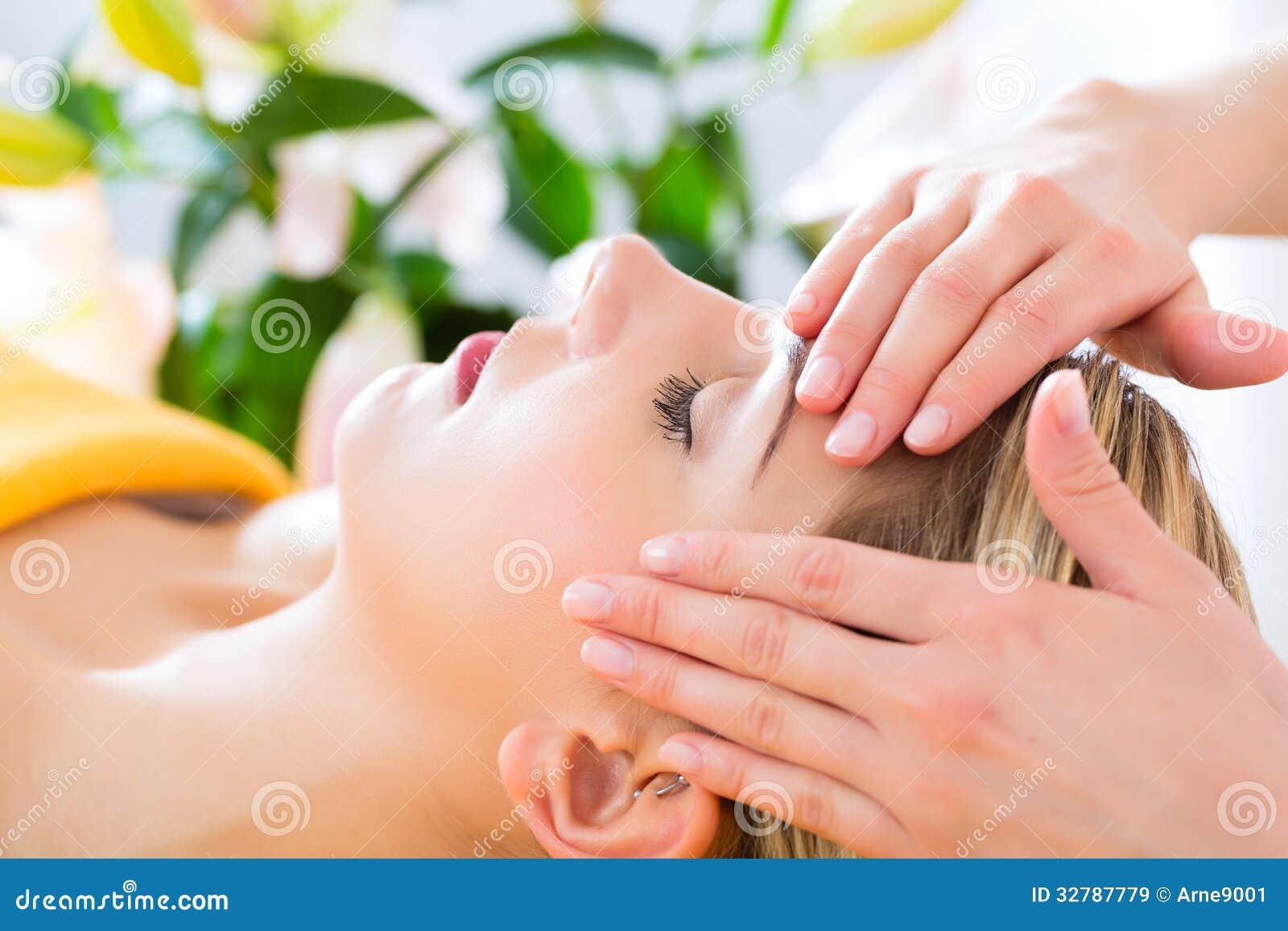 Wellness - kvinna som får den head massagen i Spa