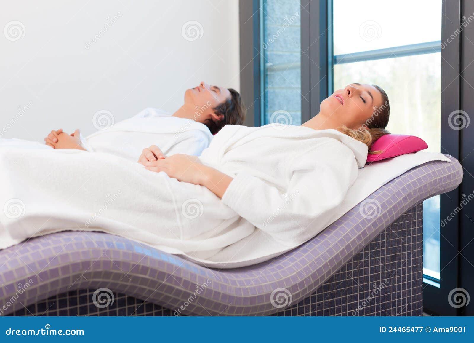 wellness mann und frau die nach sauna sich entspannen. Black Bedroom Furniture Sets. Home Design Ideas