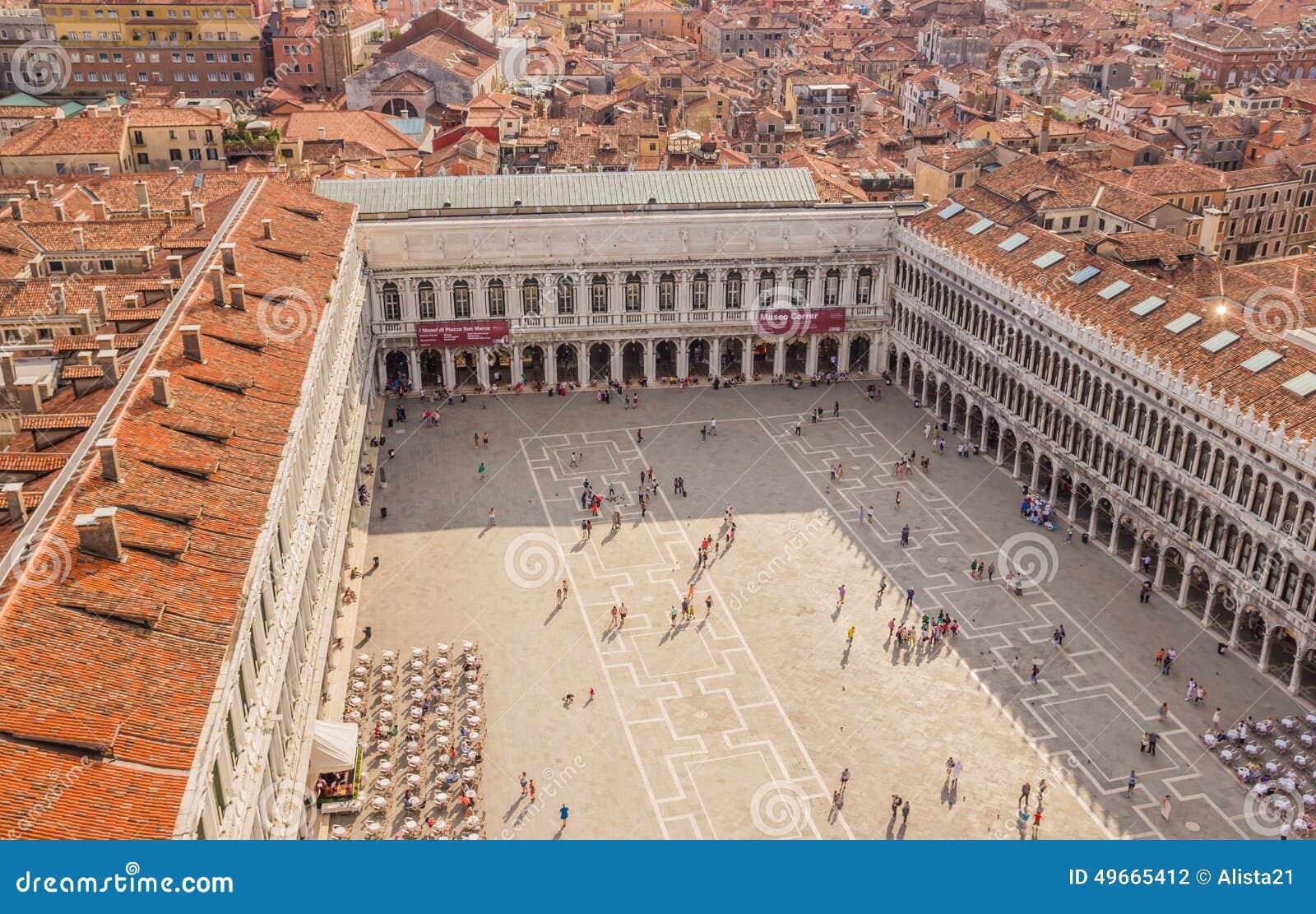 Wenecja Włochy, Czerwiec, - 27, 2014: Turyści chodzi na St Mark kwadracie - ptaka oka widok od St Mark Campanil (piazza San Marco
