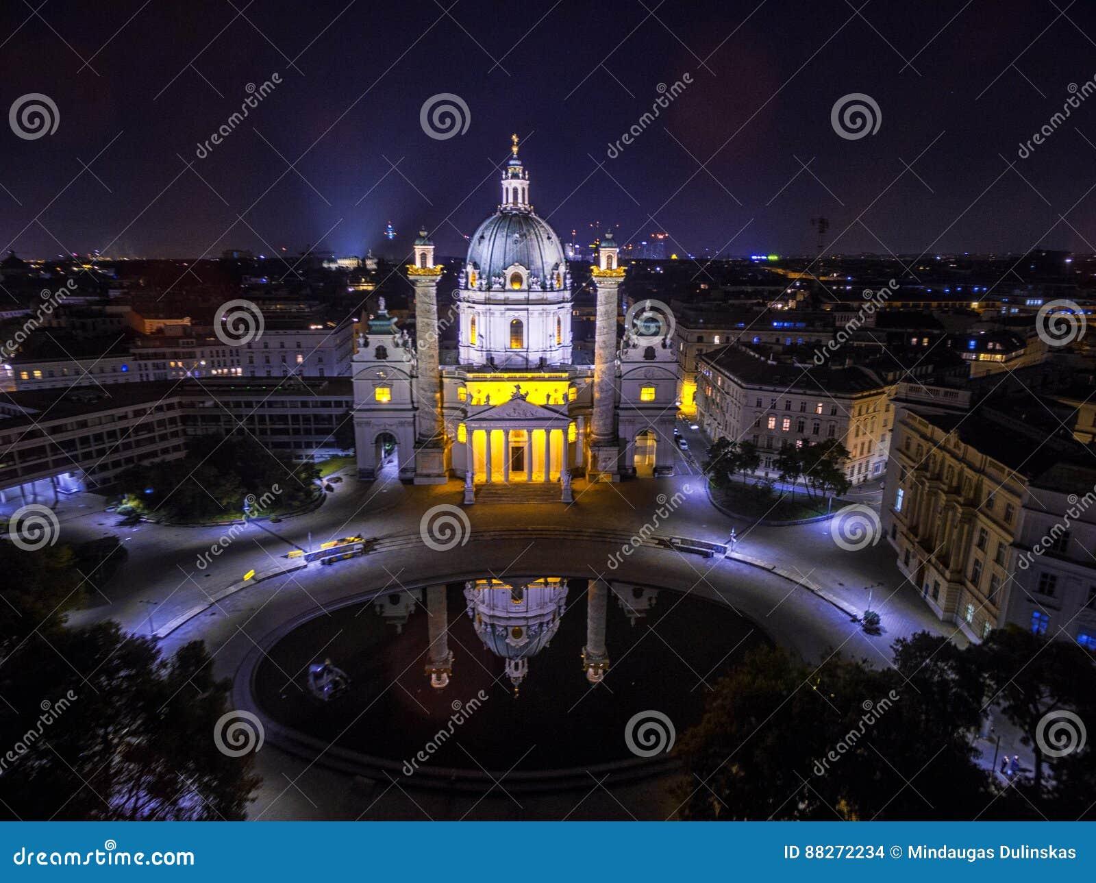 Wenen bij nacht St Charles ` s Kerk oostenrijk Karlskirche Karlsplatz