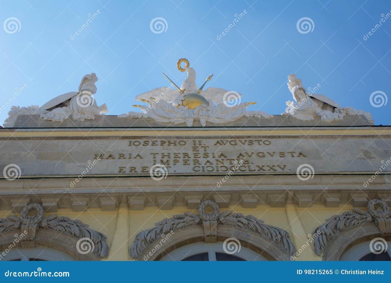 WENEN, OOSTENRIJK - 30 APRIL, 2017: Standbeeld van beschermers in Gloriette in Schonbrunn-paleis in Wenen, Oostenrijk Ingebouwd