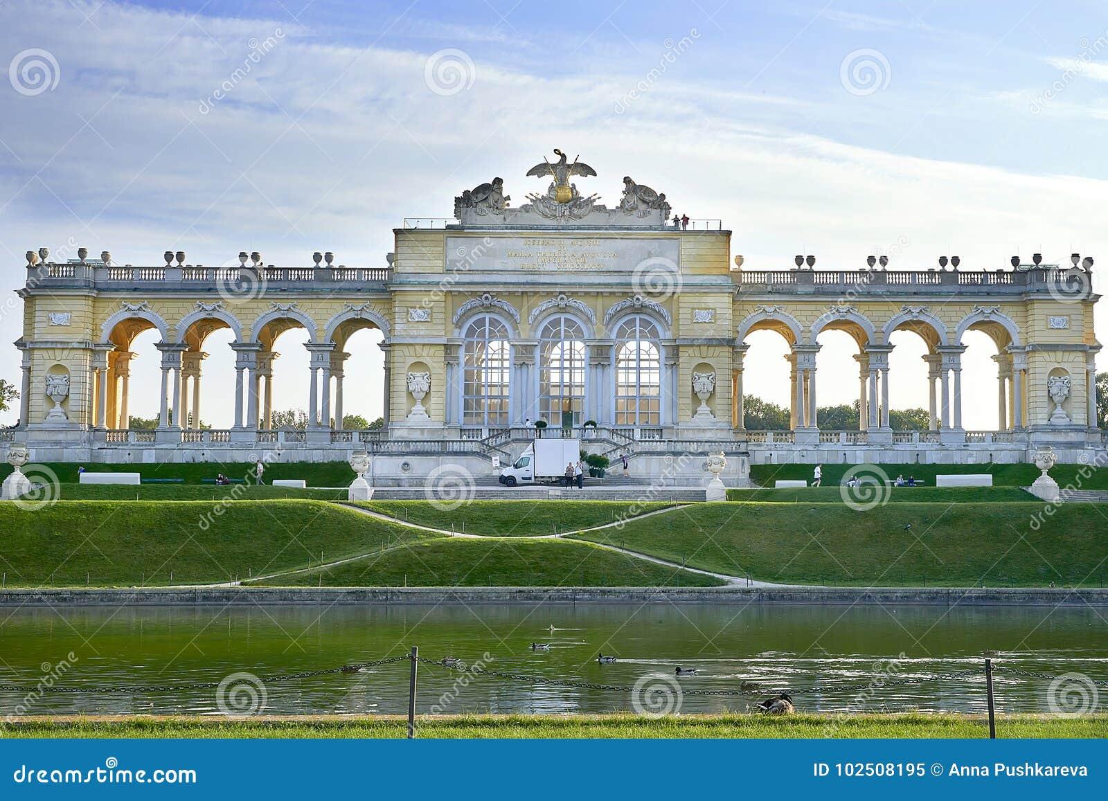 Wenen, Oostenrijk - September 25, 2013: Schonbrunnpaleis en tuinen De vroegere keizer de zomerwoonplaats Het paleis is één van Th