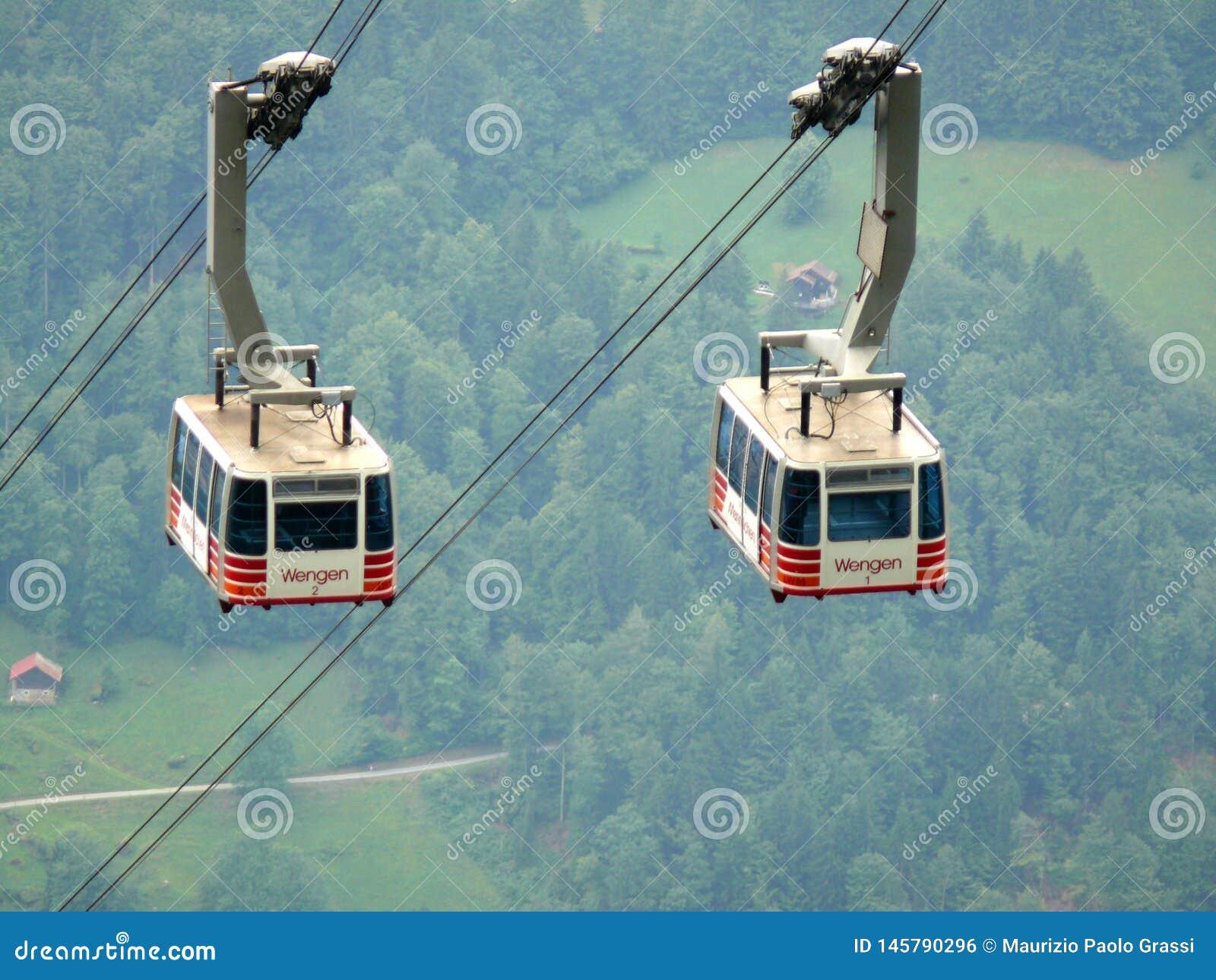Wengen, Svizzera 08/17/2010 Cabina di funivia che va su alla montagna