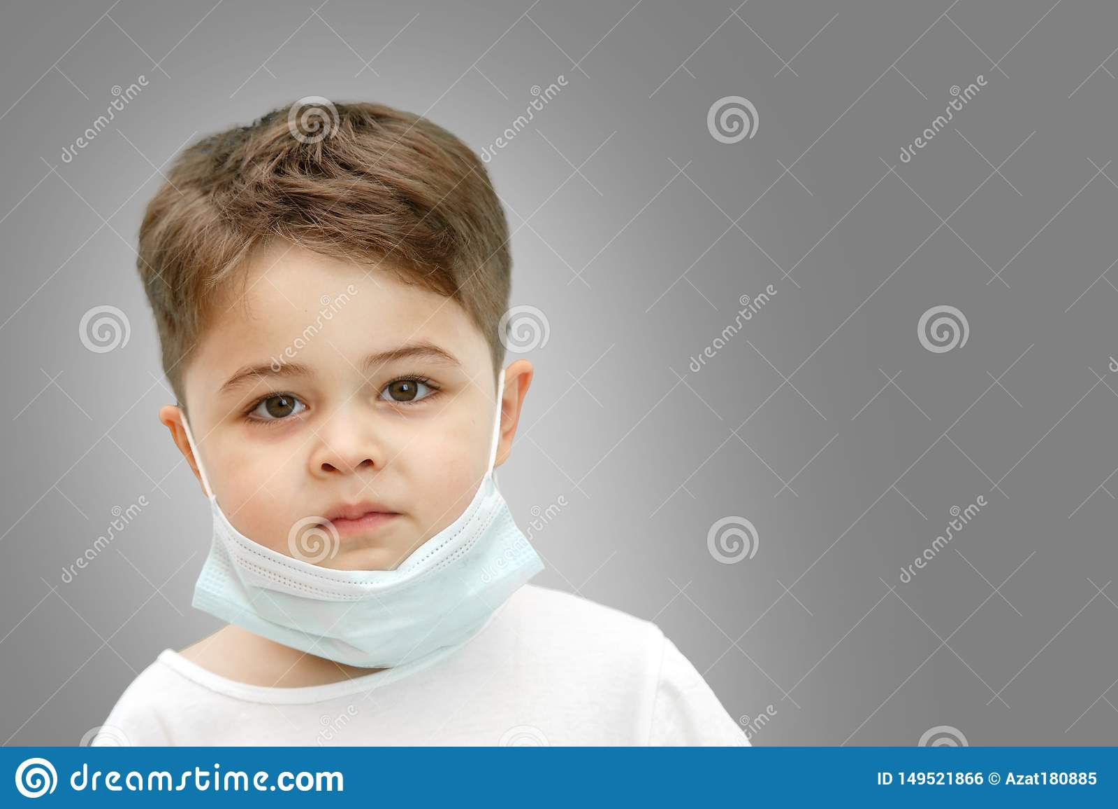 Wenig kaukasischer Junge in der medizinischen Maske auf lokalisiertem Hintergrund