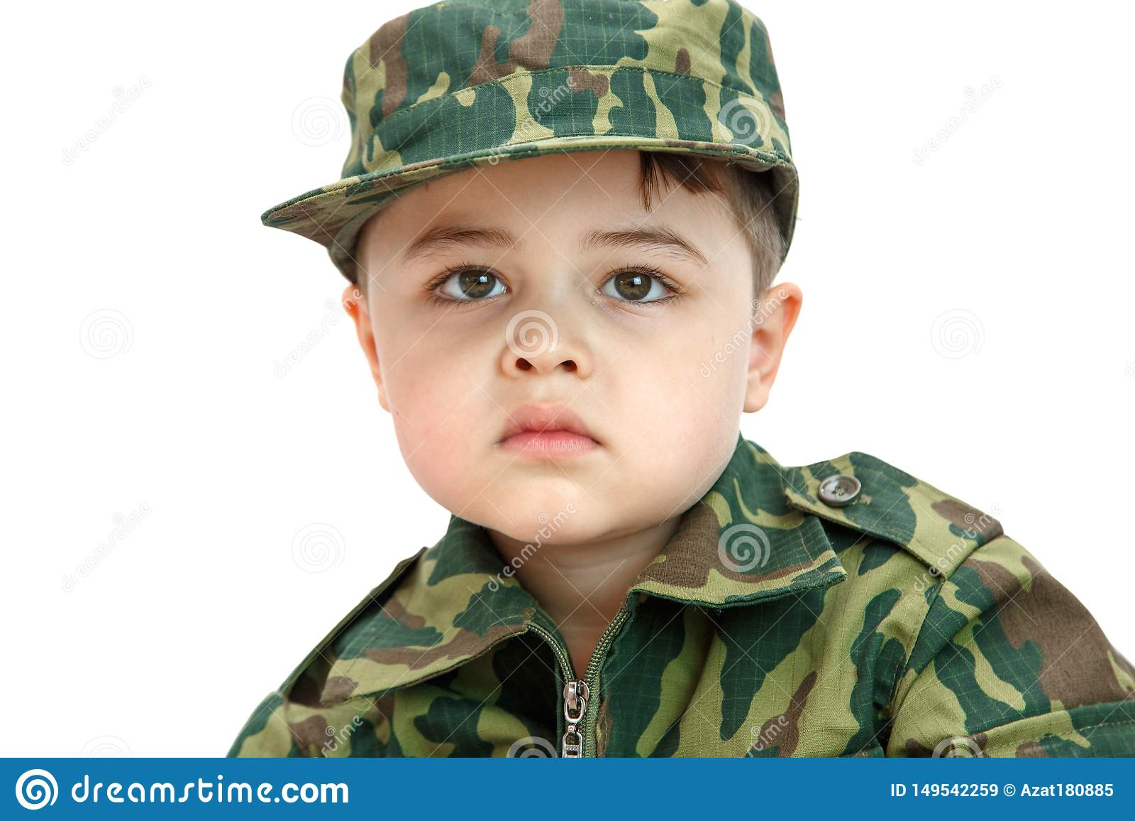 Wenig kaukasischer Junge in der Milit?rkleidung lokalisiert auf hellem Hintergrund