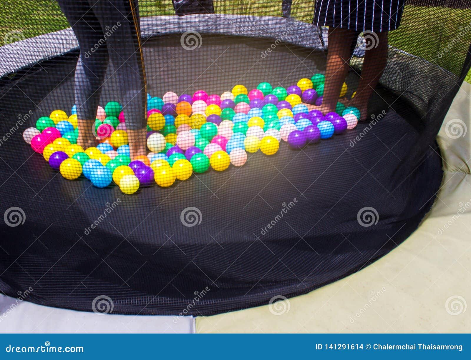 Wenig Kind, das auf Trampoline im Spielplatz springt