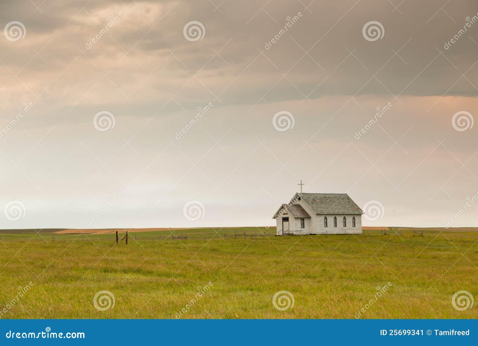 Wenig Kirche auf dem Grasland