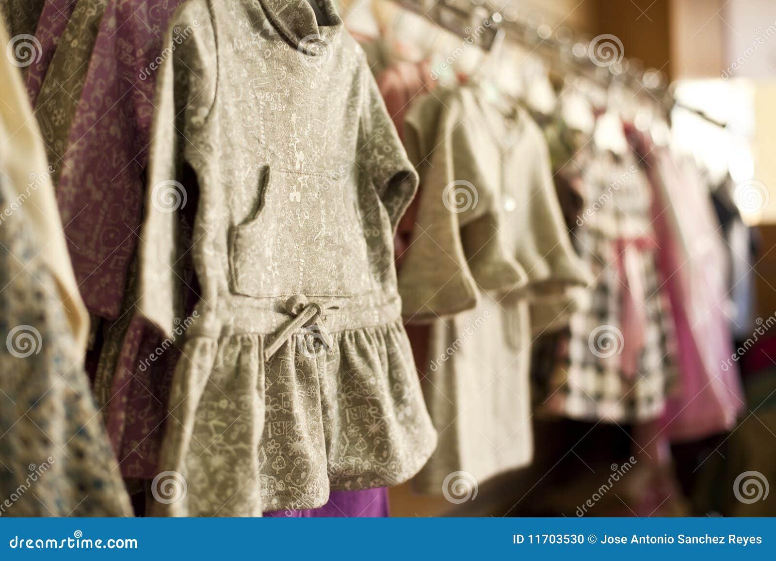 Wenig kleidet auf Aufhängung an