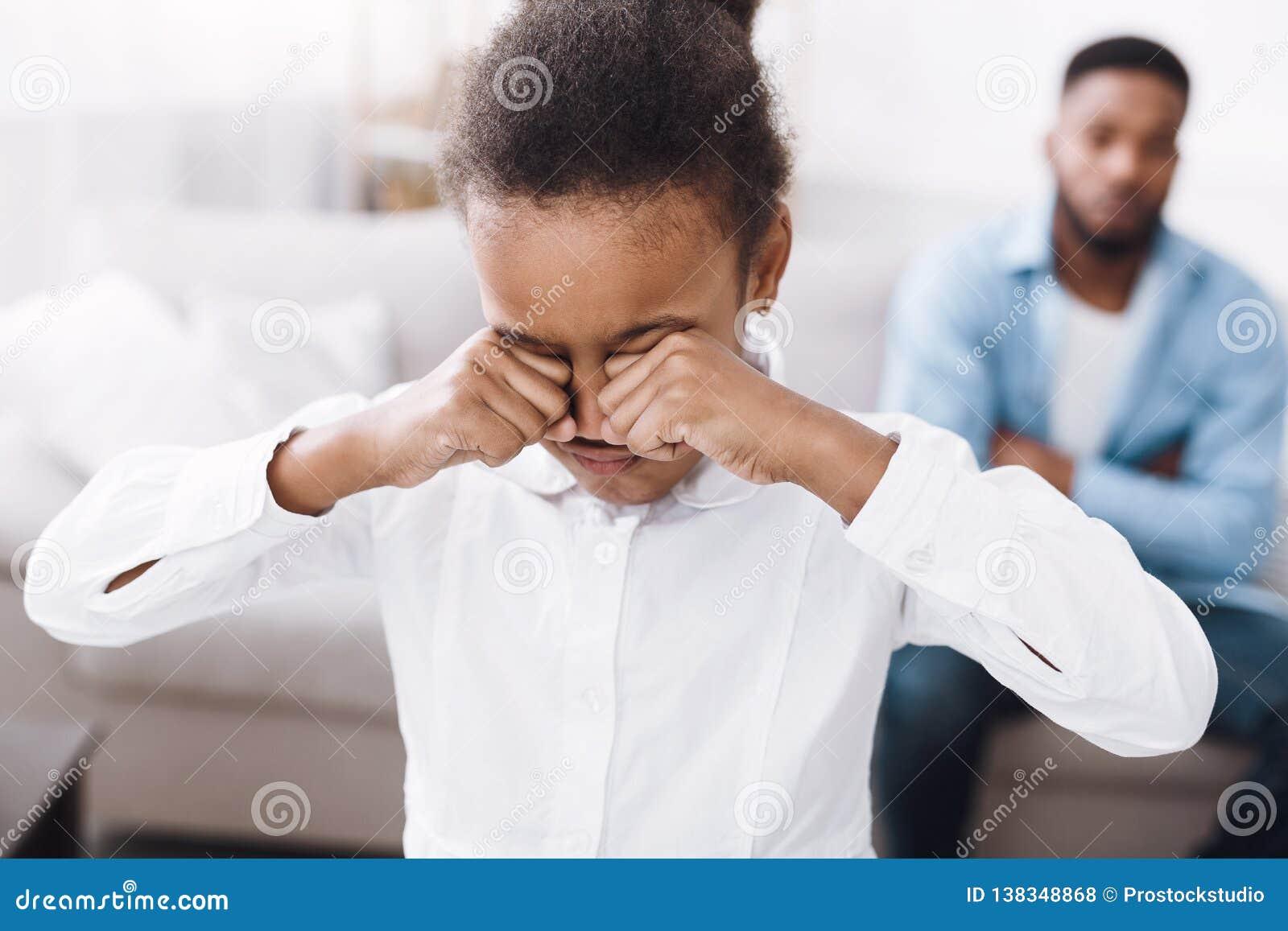 Wenig Mädchen, das nach Streit mit Vater schreit