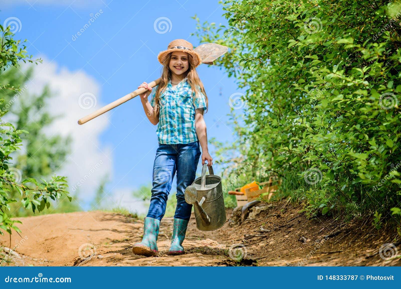 Wenig M?dchen auf Ranch Sommerlandwirtschaft kleines M?dchen des Landwirts Gartenwerkzeuge, -schaufel und -Gie?kanne Kinderarbeit