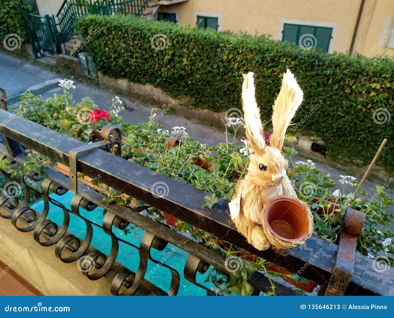 Wenig Marionette eines Osterhasen im Heu