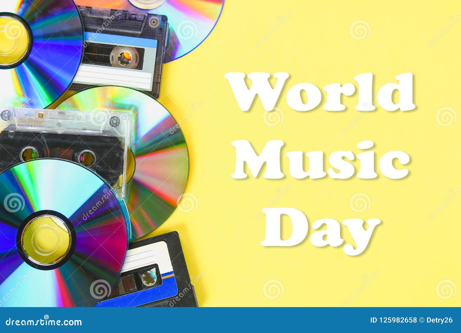 Wereld, internationale muziekdag CD schijven en audiocassettes op een gele pastelkleurachtergrond minimalism