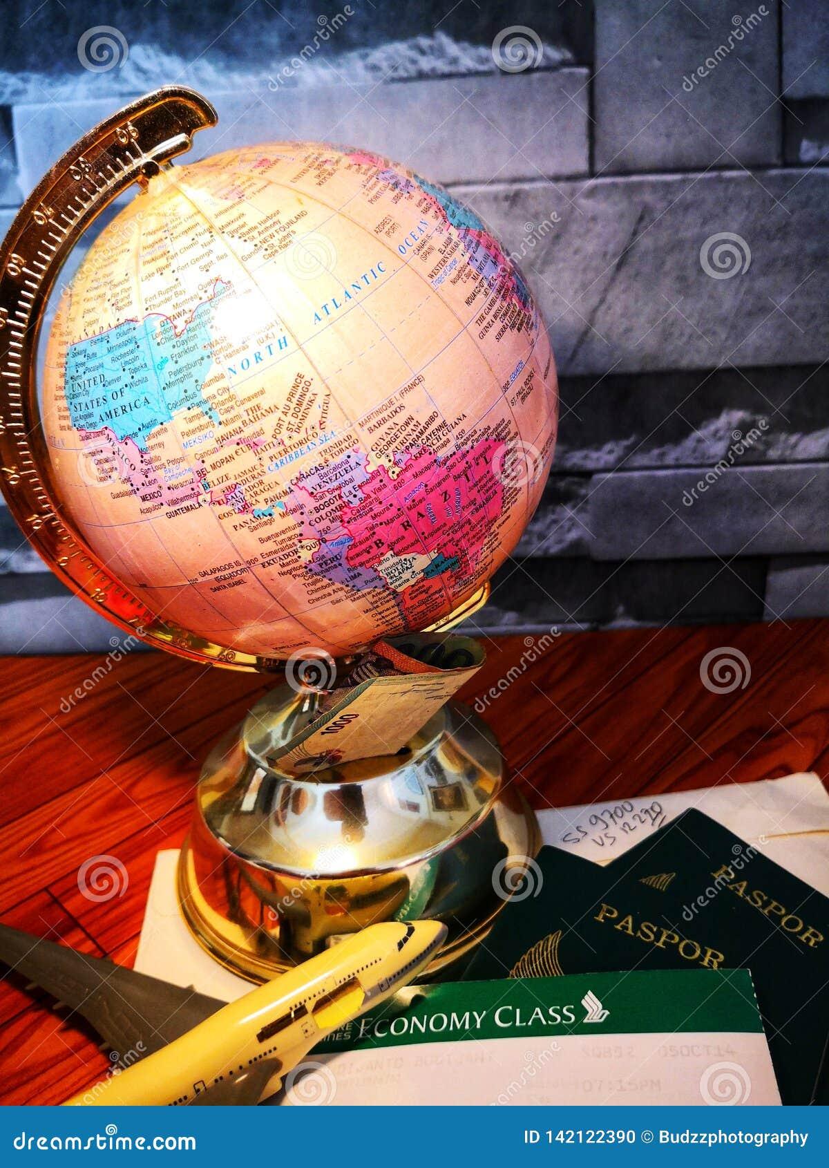 Wereldbol met kleurrijke speld De ruimte van het exemplaar Ideeën en conceptengebruik