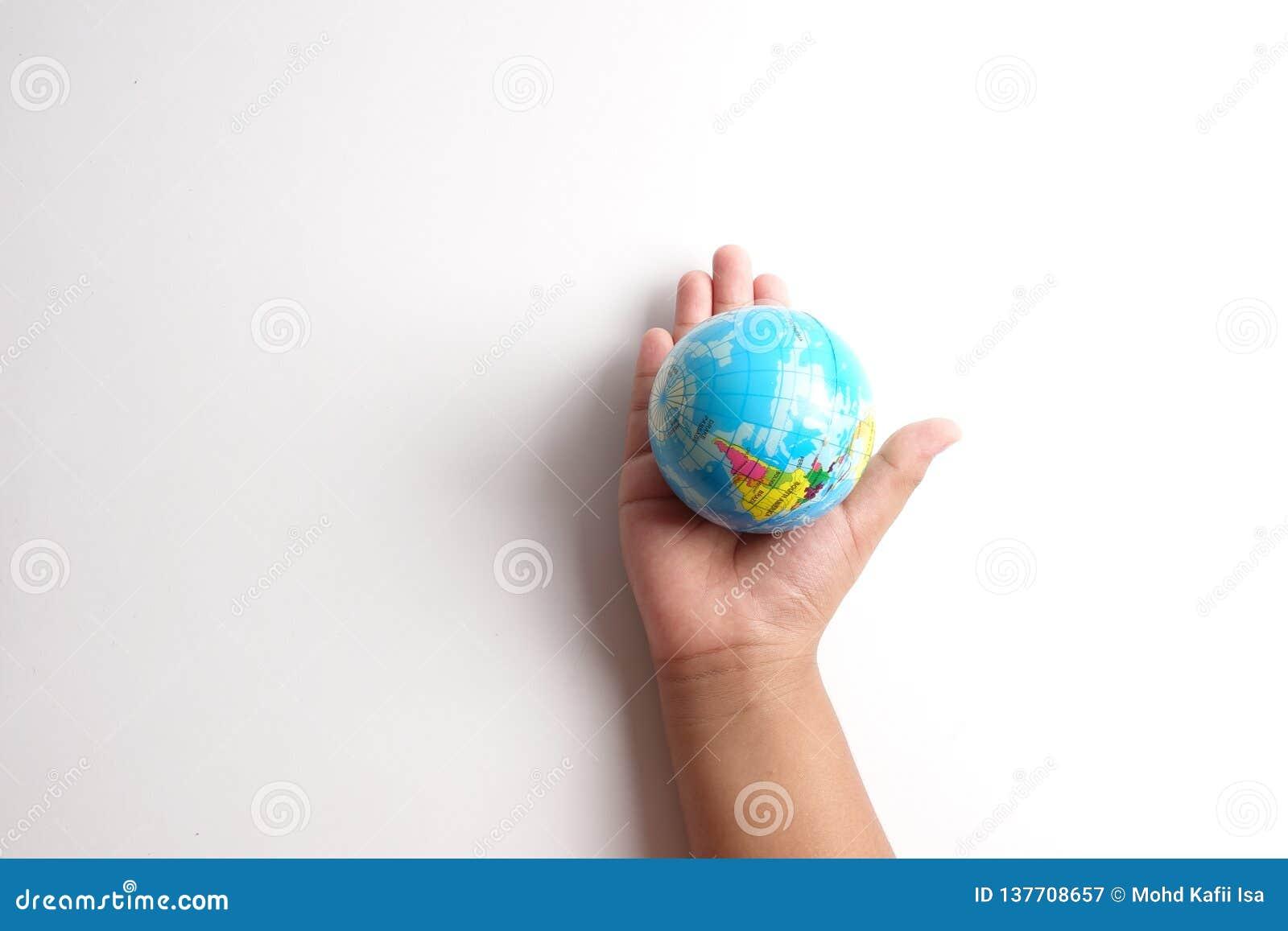 Wereldbol op een palm over een wit Het concept van de globalisering