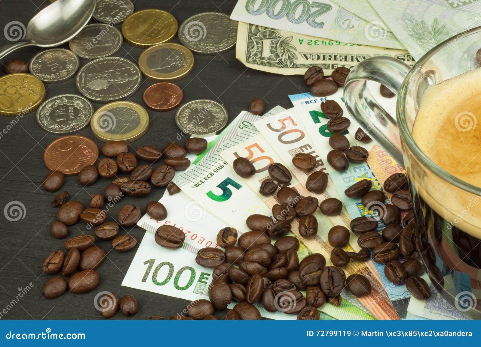 Wereldwijde handelkoffie Kop van Koffie en geld Geldige bankbiljetten op een houten lijst Het probleem van corruptie