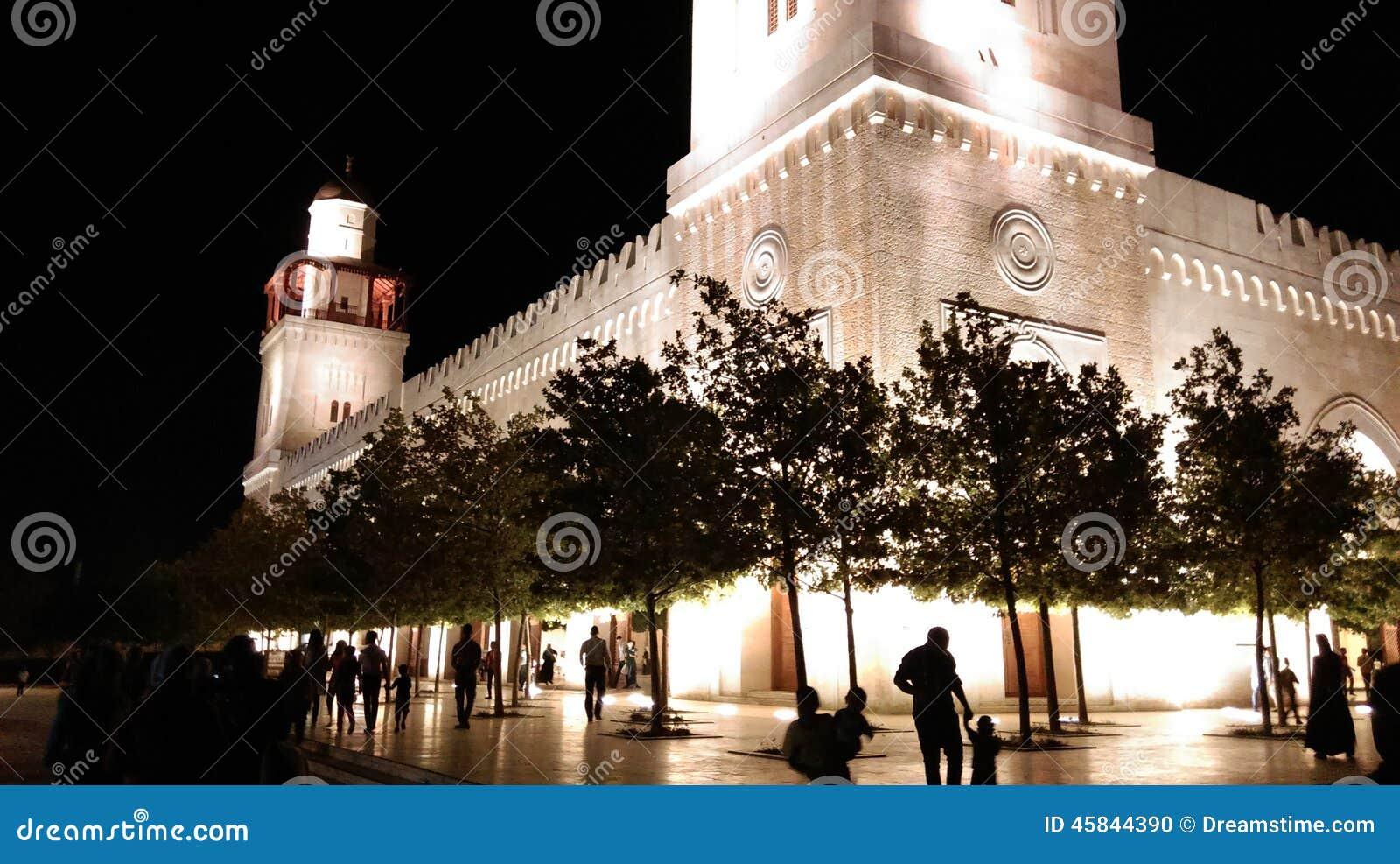 Werf van een moskee in het midden van de nacht
