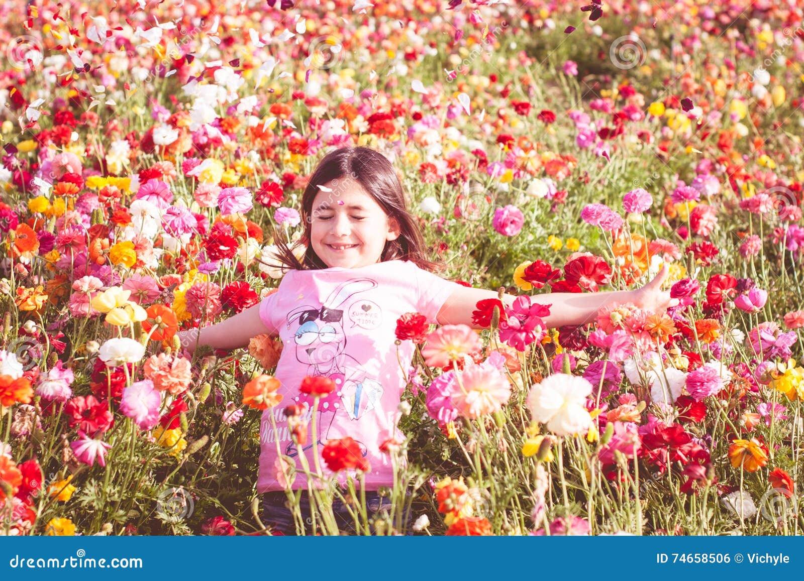 Werfende Blumenblumenblätter des Mädchens