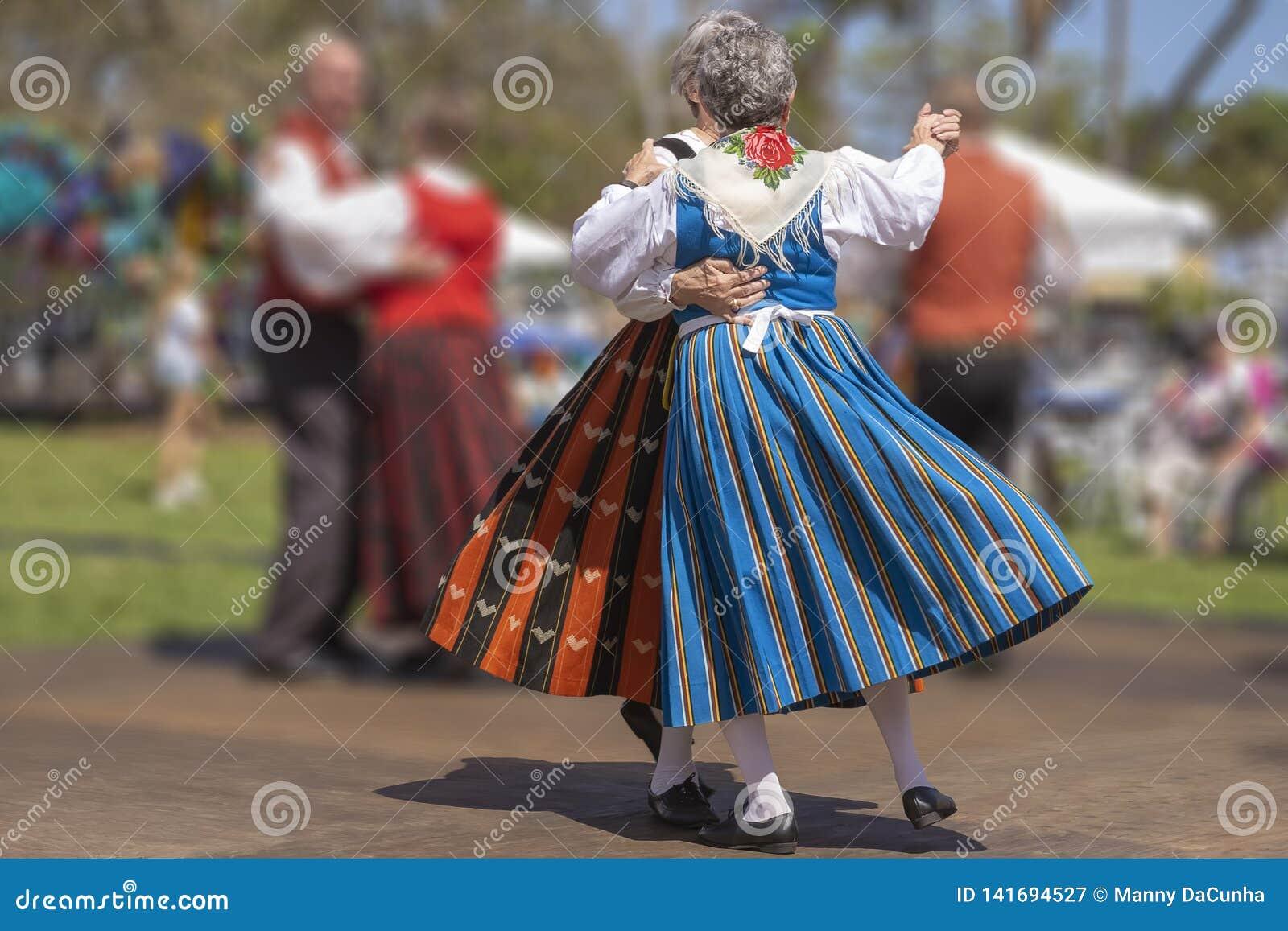 Werk kostuums van het Finse Erfenisperiode dansen uit
