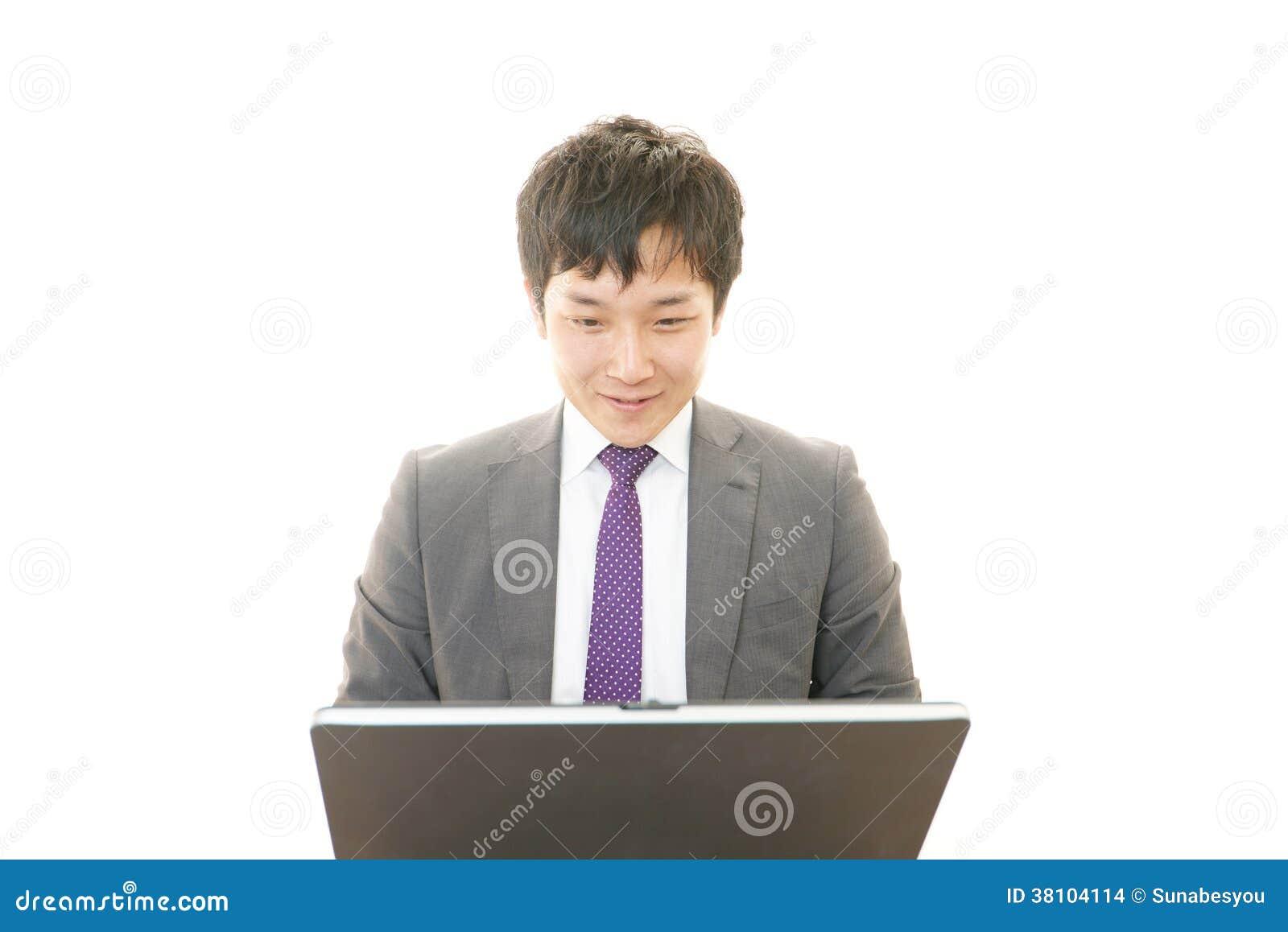 Werkende Aziatische zakenman