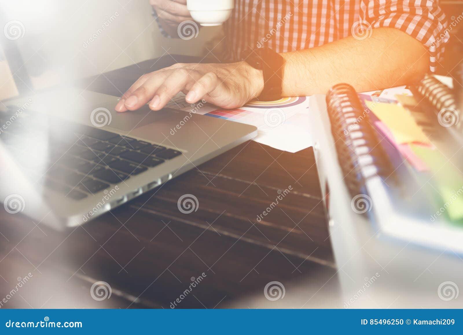 Houten Bureau Gebruikt.Werkende Gebruikt Laptop Van De Zakenmanhand Op Houten Bureau