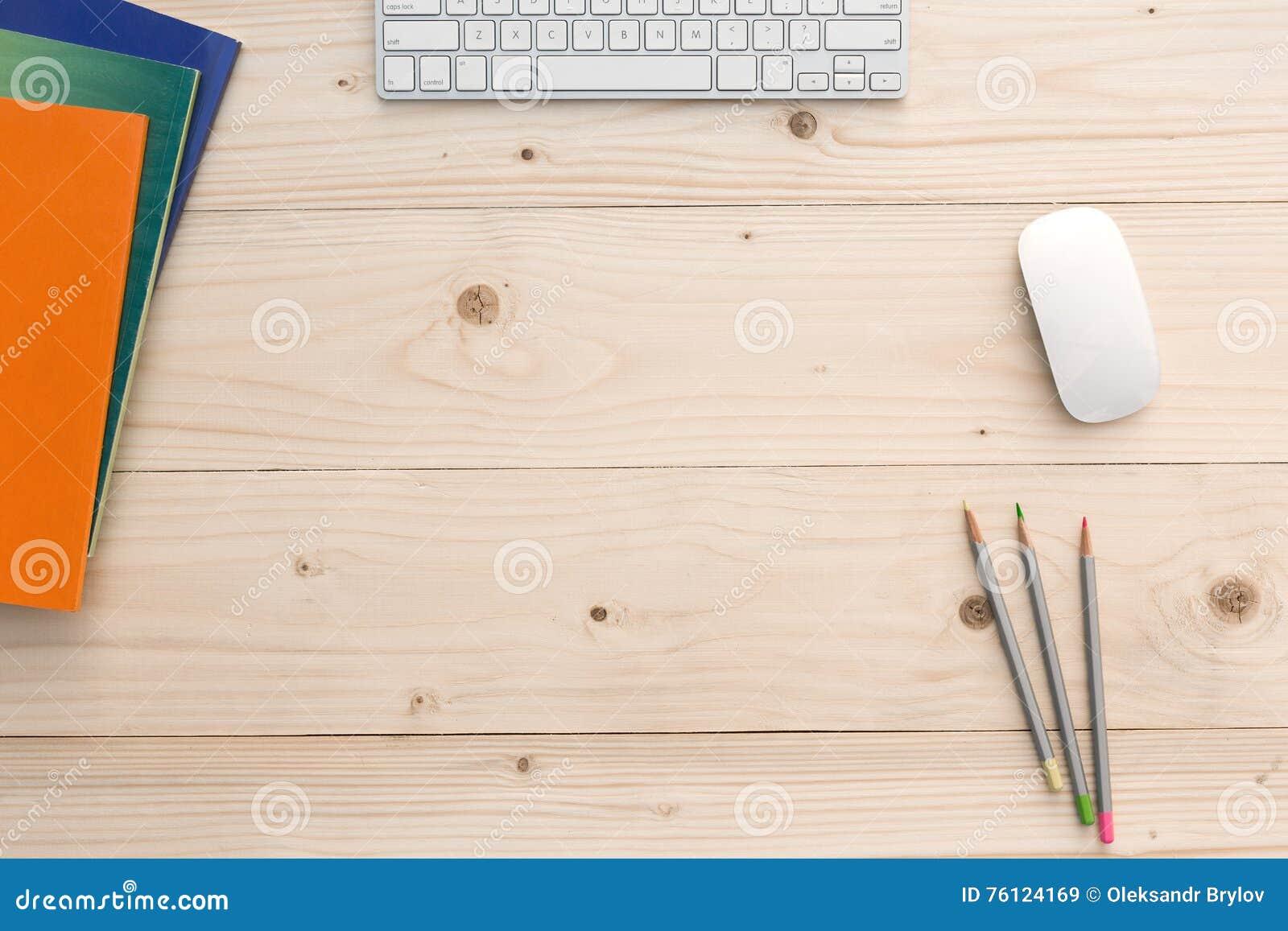 Werkende Plaats op licht Houten Bureau met Kantoorbehoeften en Elektronika