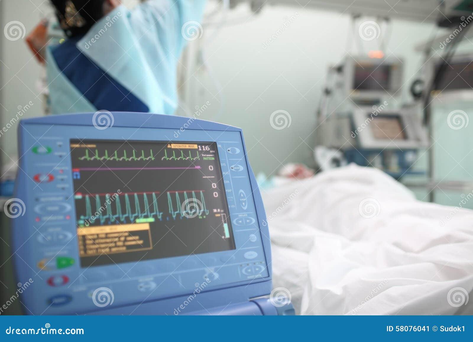 Werkende verpleegster met de patiënt in ICU