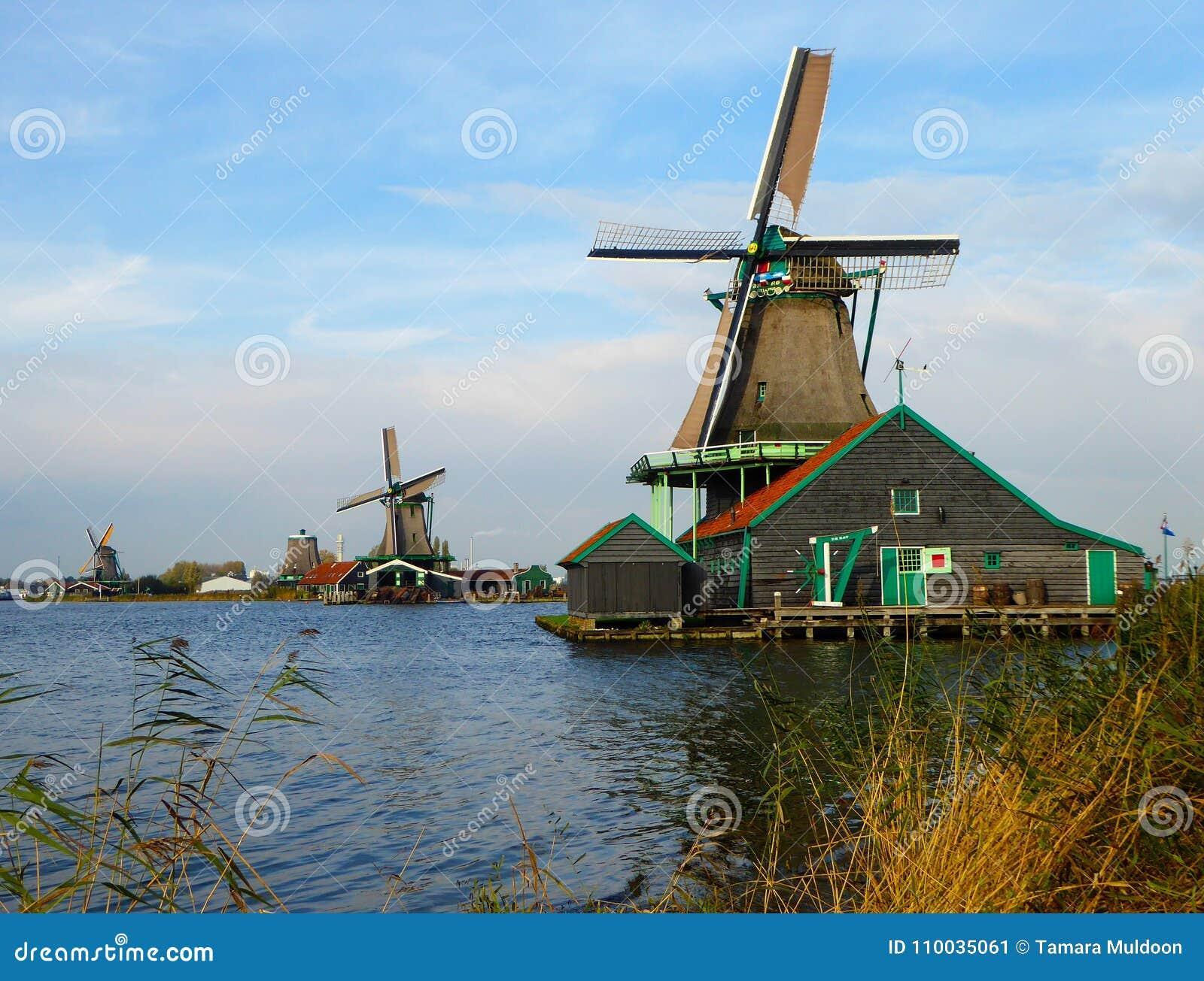 Werkende windmolens in Zaanse Schans dichtbij Amsterdam, Holland