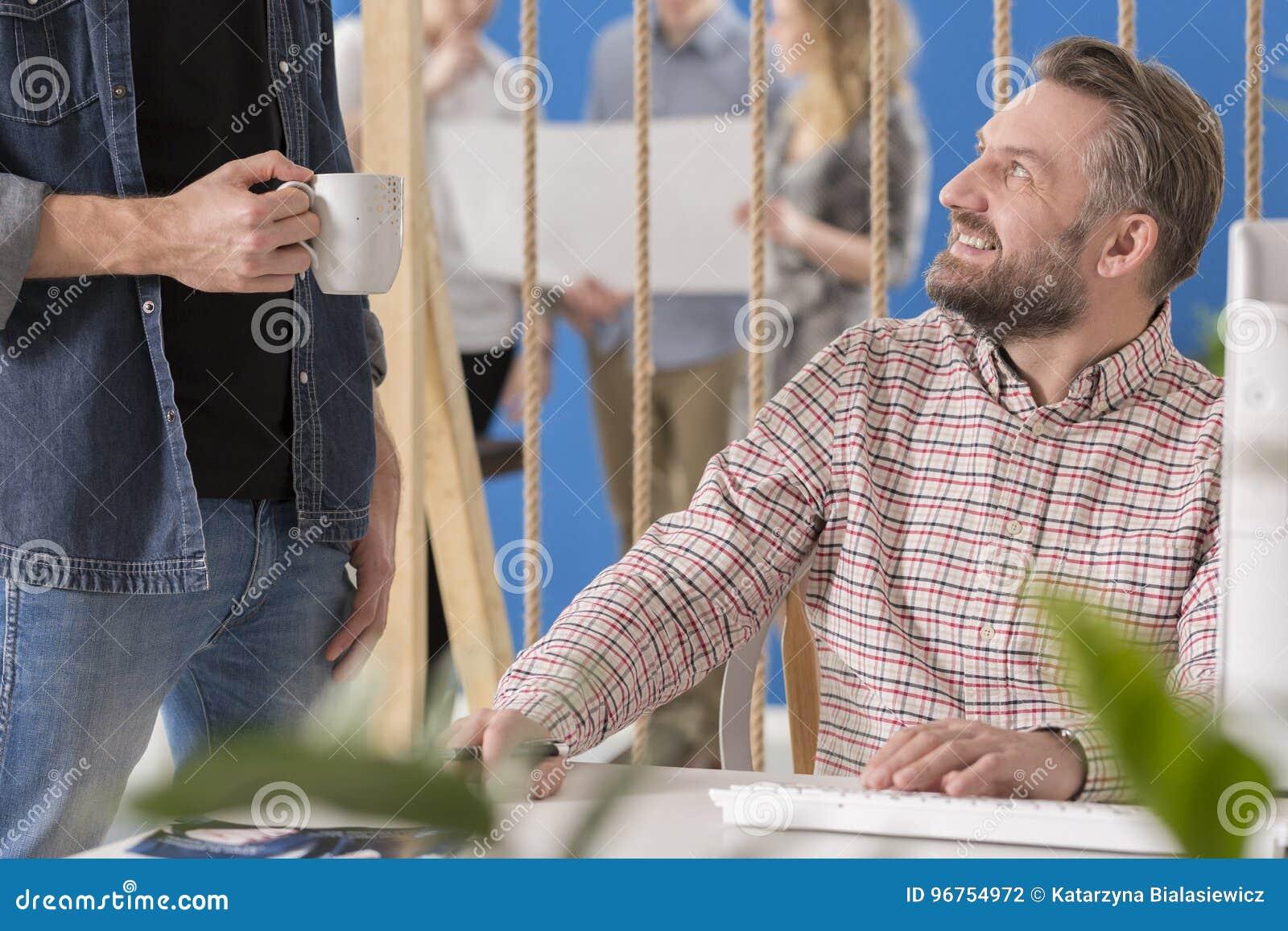 Werkgever die aan zijn arbeider luisteren