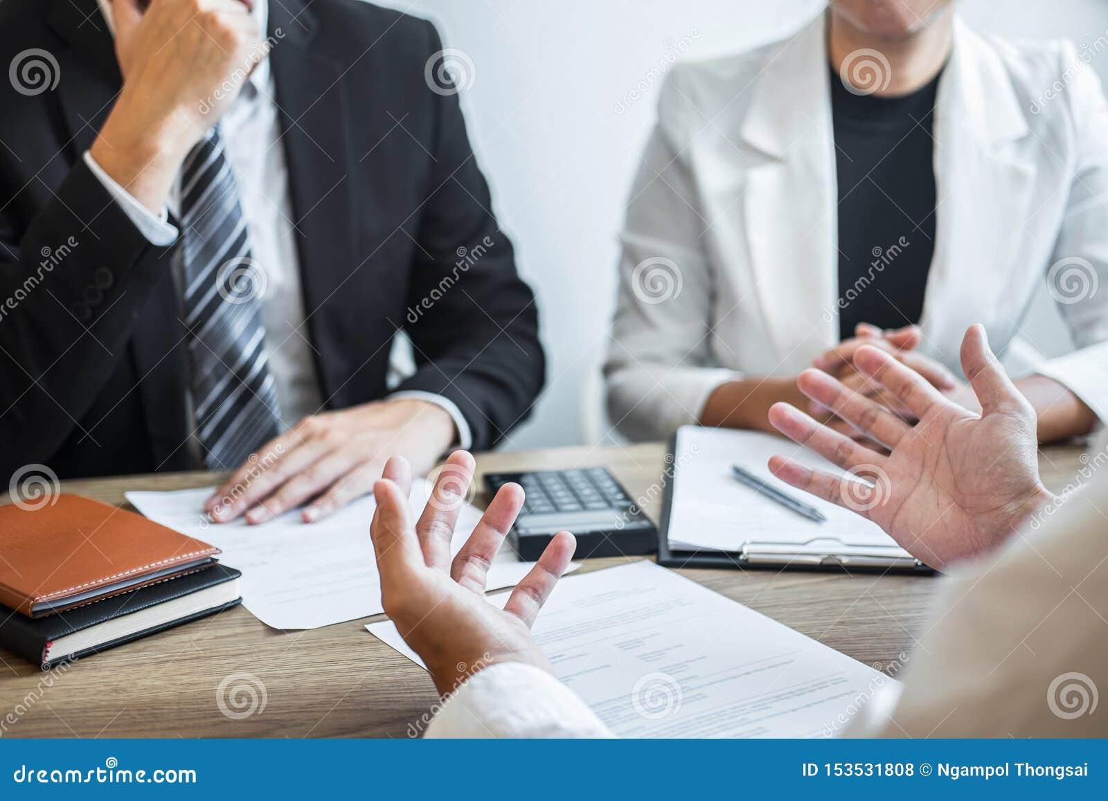Werkgever of recruiter de holding die een samenvatting met het spreken lezen tijdens ongeveer zijn profiel van kandidaat, werkgev