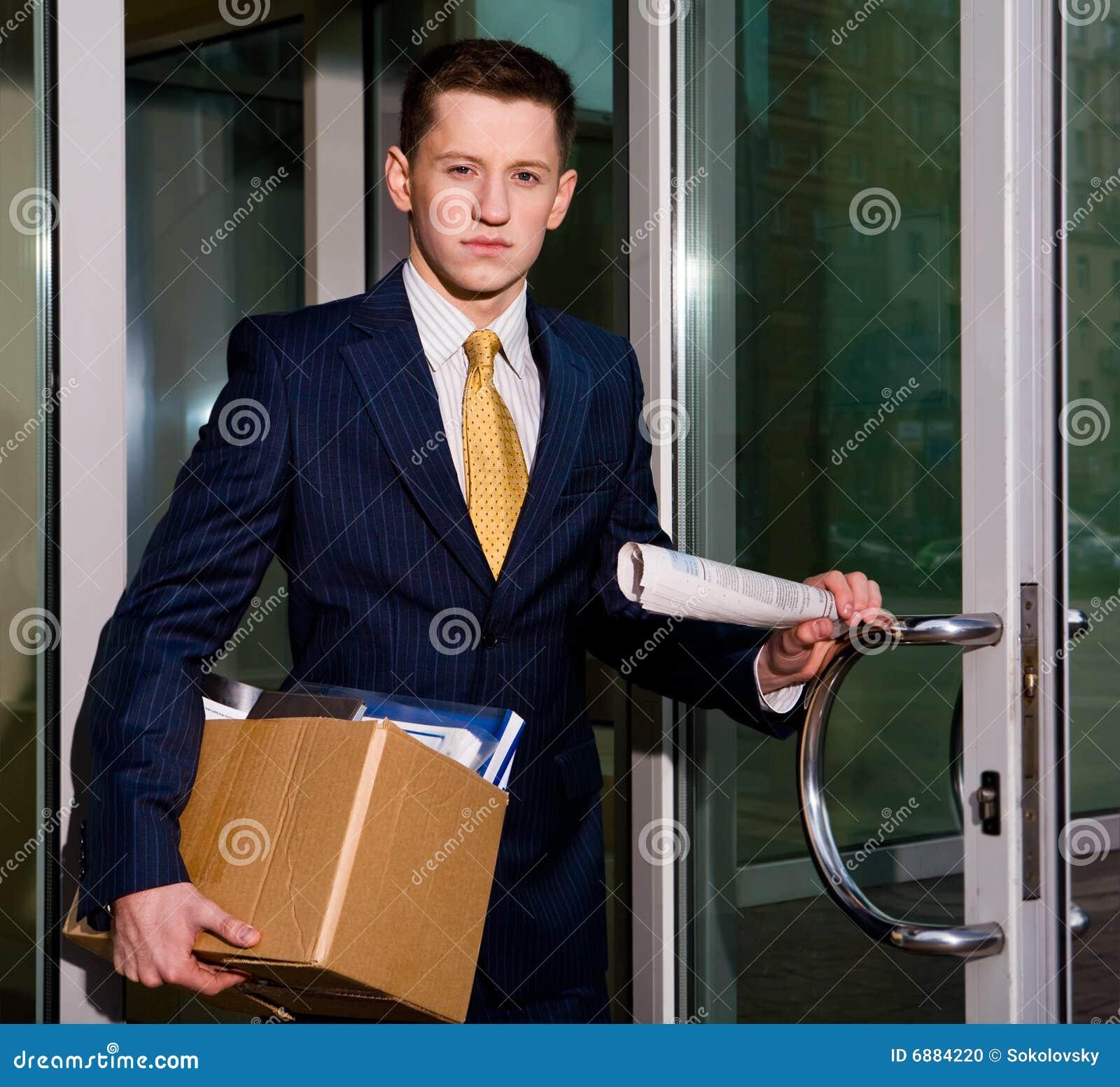 Werkloze jonge manager die commercieel centrum verlaat