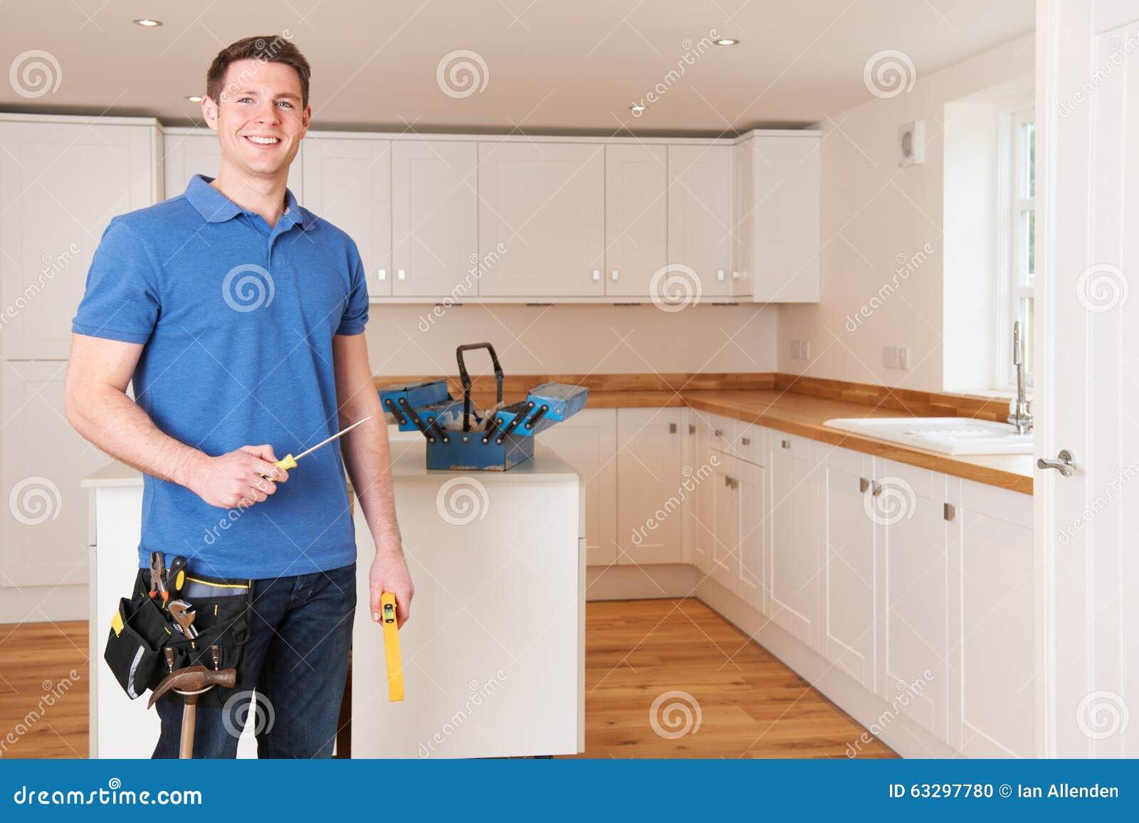 Werkman Die Mooie Gepaste Keuken Installeren Stock Foto Afbeelding Bestaande Uit Riem Camera 63297780