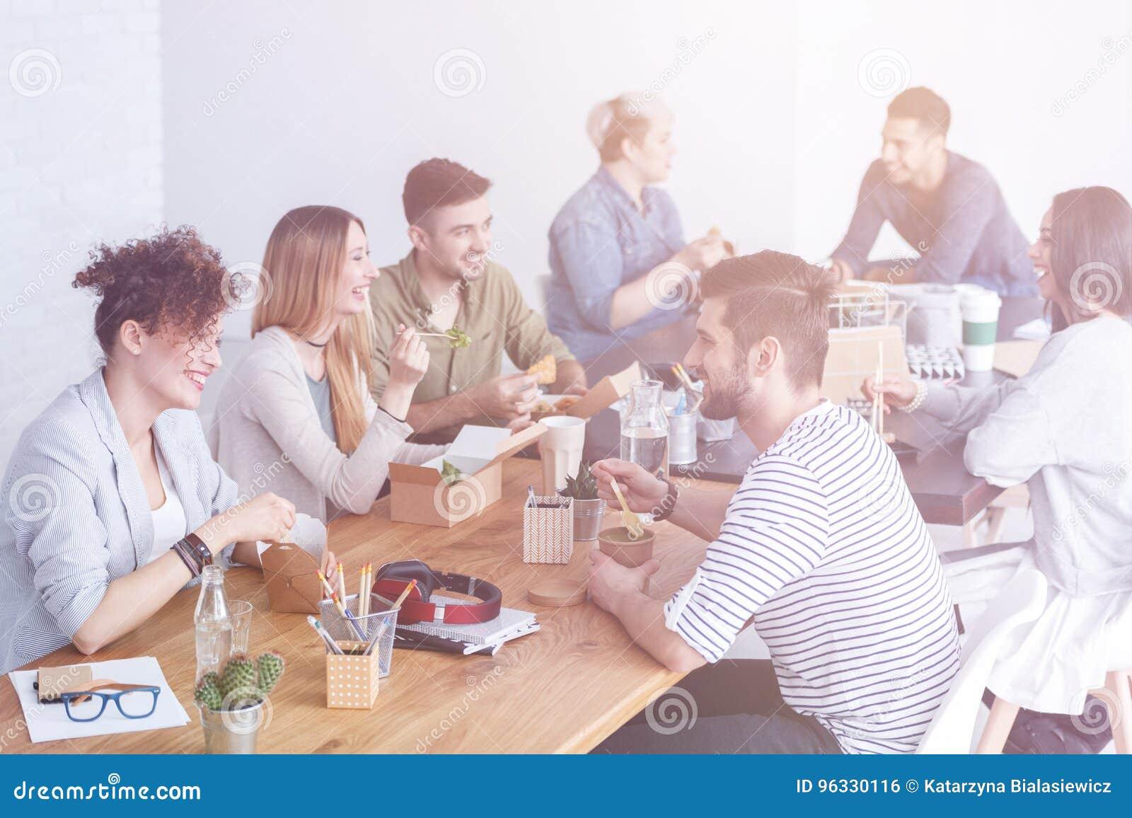 Werknemers die van lunch genieten