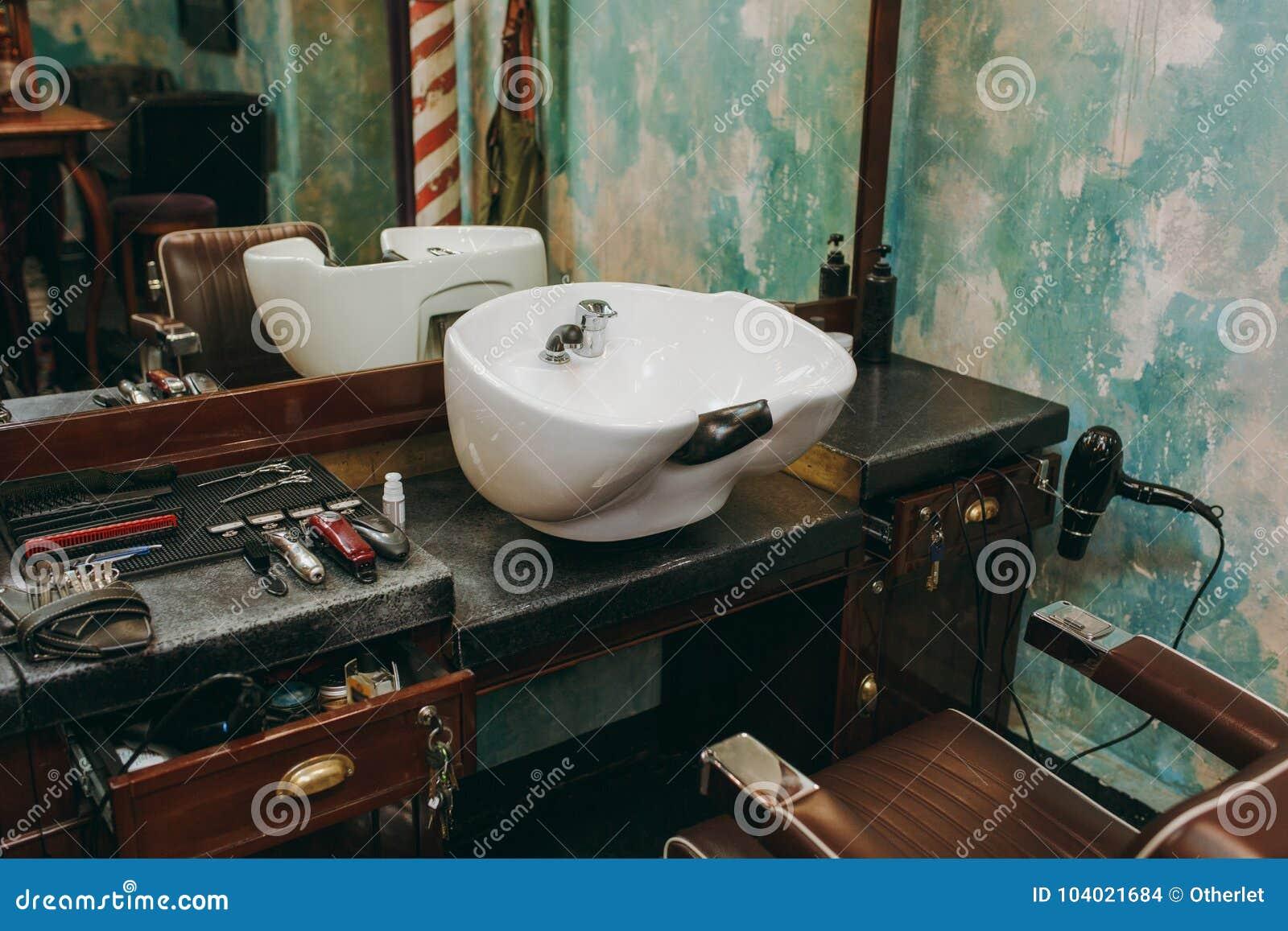 Werkplaats met een wasbak in herenkapper Binnenland van de salon van de luxeschoonheid