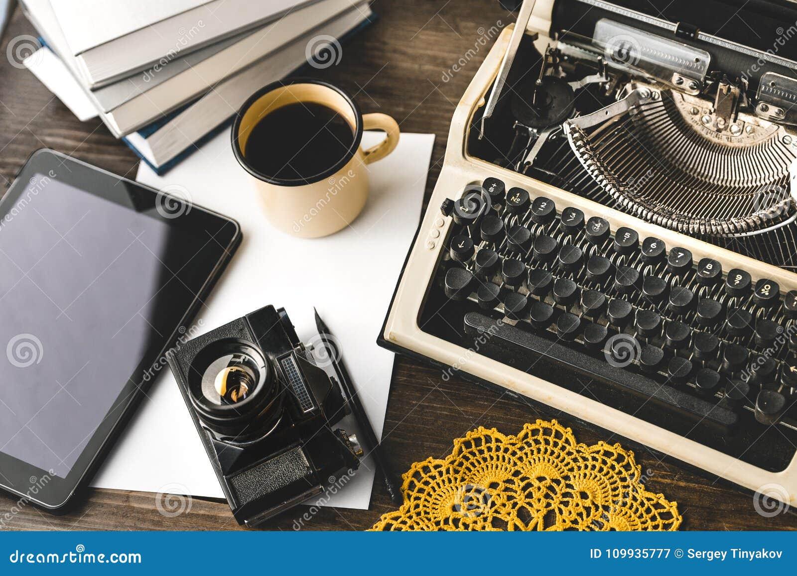 Werkplaats van een Journalist, Schrijver, Blogger Creatieve Studioauteur Concept Digitale Tablet en Schrijfmachine