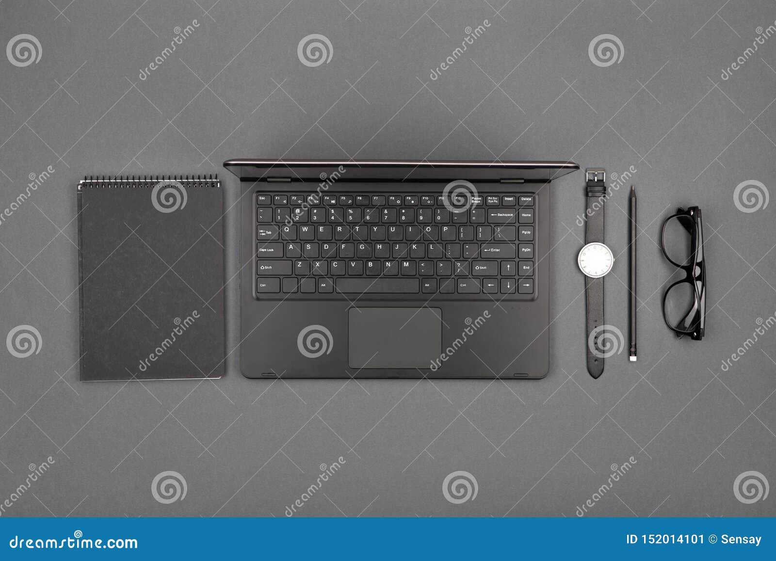Werkplaats van zakenman - laptop, glazen en blocnote