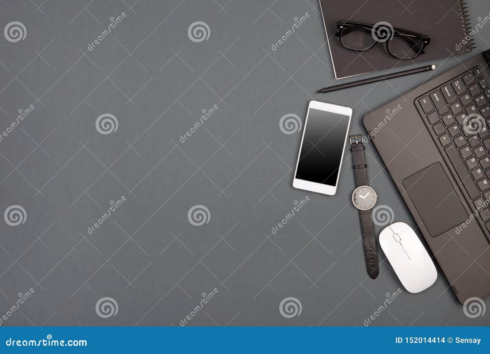 Werkplaats van zakenman - laptop, smartphone, glazen en blocnote