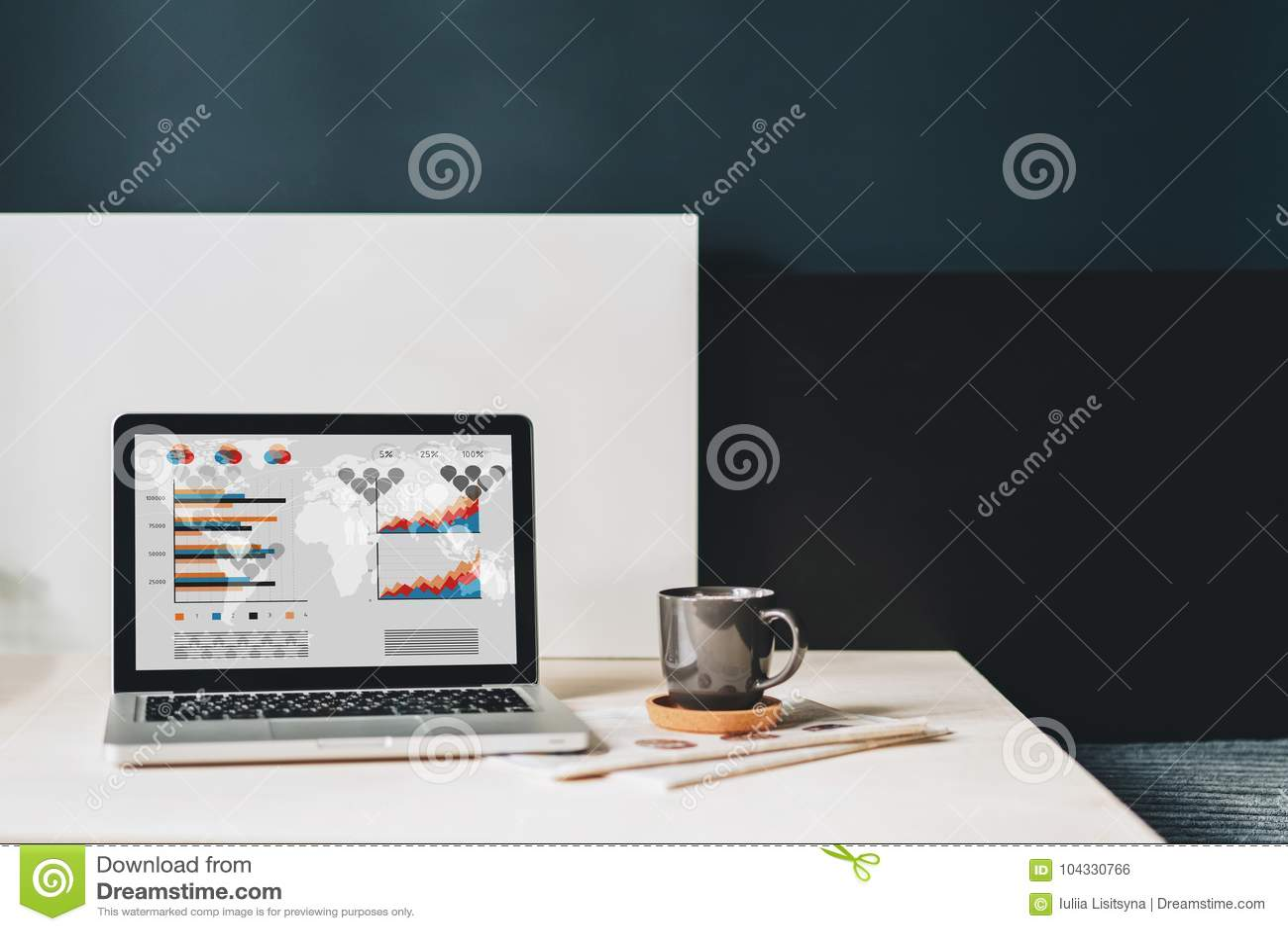Werkplaats zonder mensen, close-up van laptop met grafieken, grafieken, diagrammen op het scherm op witte lijst, bureau