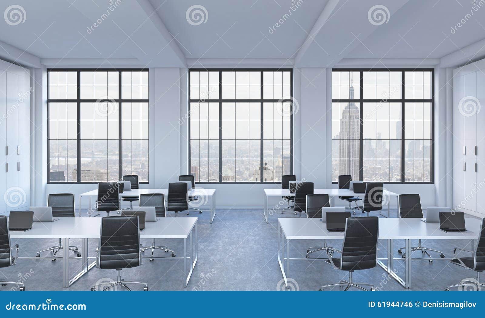 Werkplaatsen in een helder modern bureau van de open plekzolder