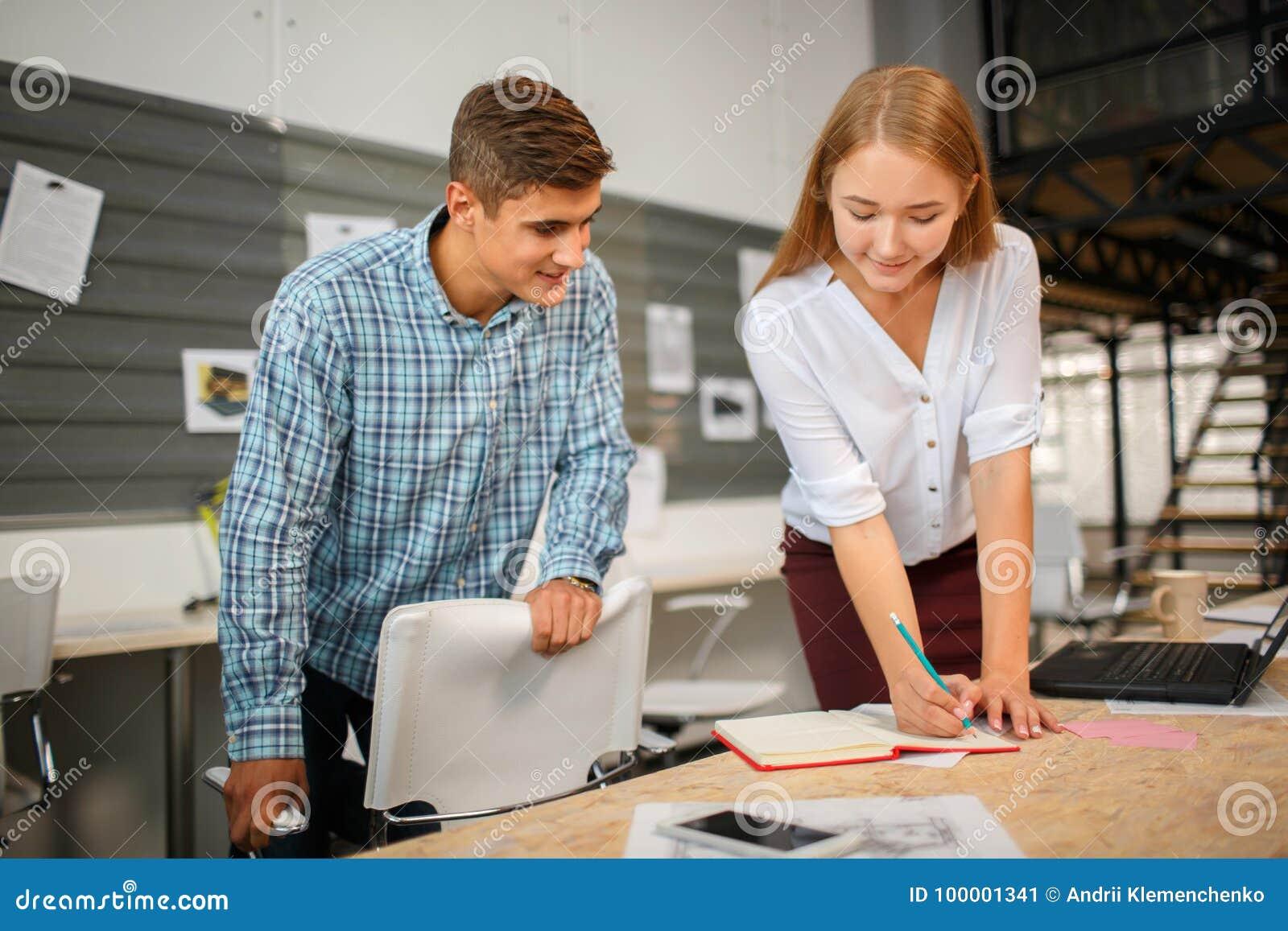Werktijd Bedrijfs concept Bedrijfsmensen die grafieken en grafieken het tonen bespreken