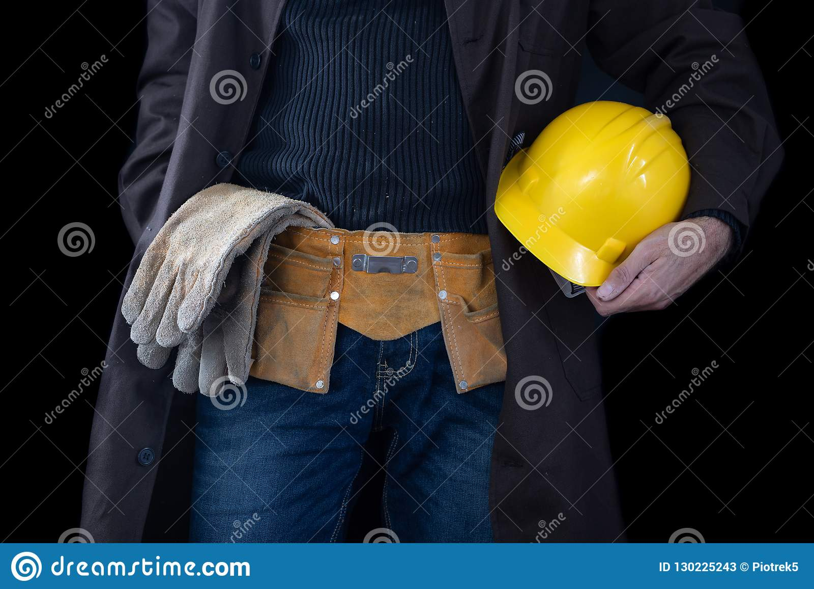 Werktuigkundige in de slotenmakerworkshop Een werknemer terwijl het werken op het werk